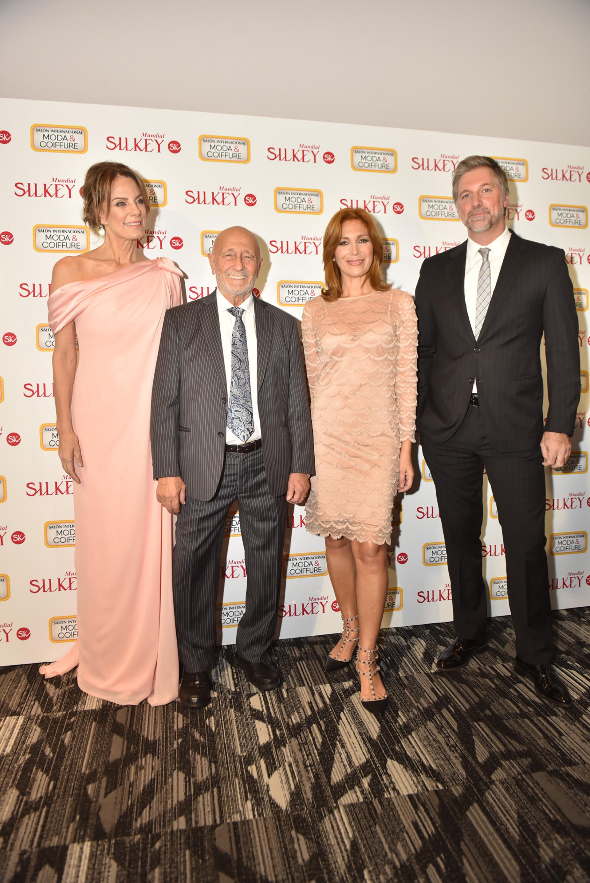 La ex modelo y conductora del evento, Nequi Galotti junto a los dueños y fundadores de Silkey, Mauricio Wachs y Elizabeth Yelin y el conductor Horacio Cabak