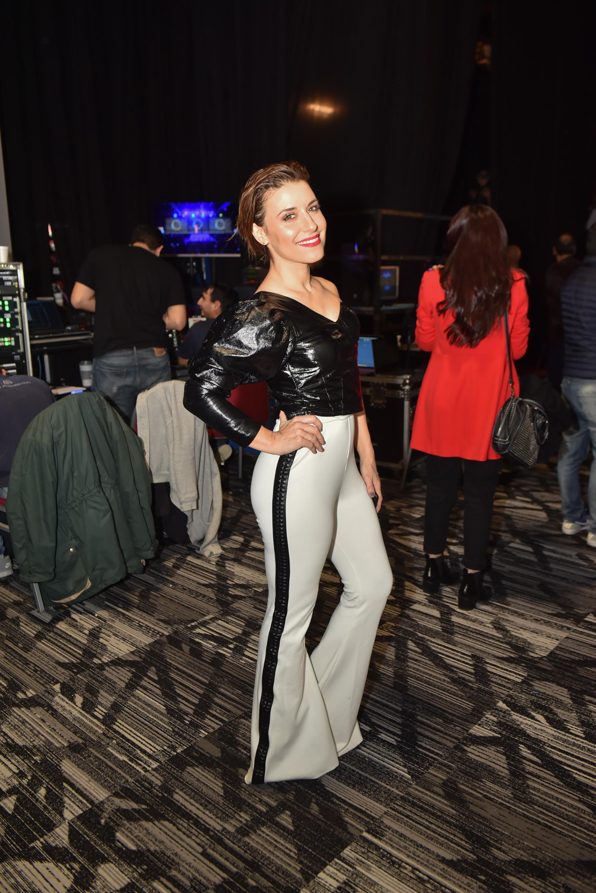 Mariana Brey estuvo presente en el desfile de Silkey con un look en blanco y negro. Lució un pantalón blanco con detalles de tachas y top metalizado con mangas puff (Guillermo Llamos)