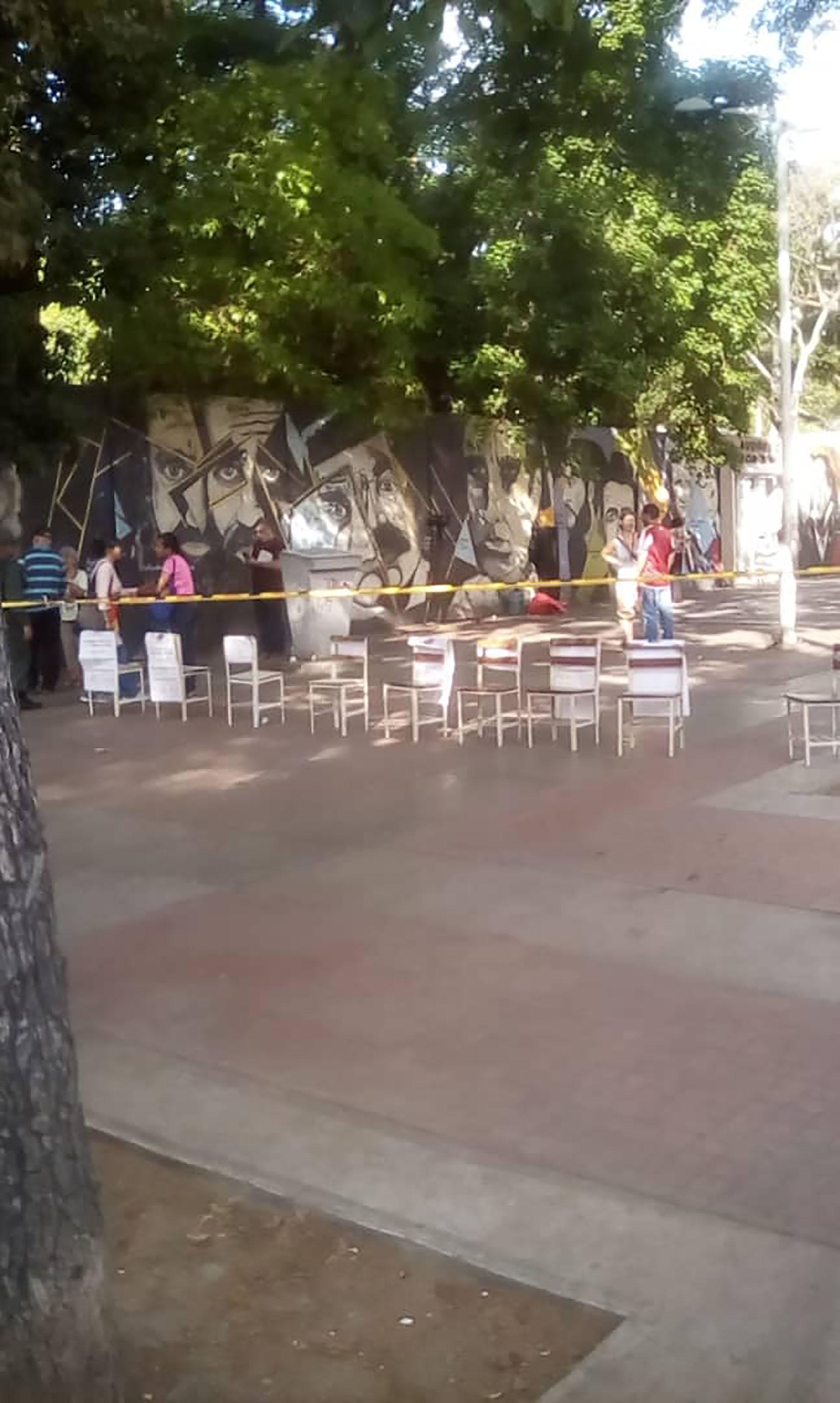 En Twitter, múltiples usuarios graficaron la falta de afluencia en el Liceo Andrés Bello, uno de los centros de votación más grandes del país