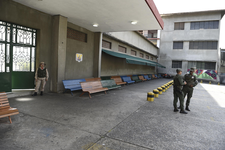 Oficiales resguardan un centro electoral en Caracas (AFP)