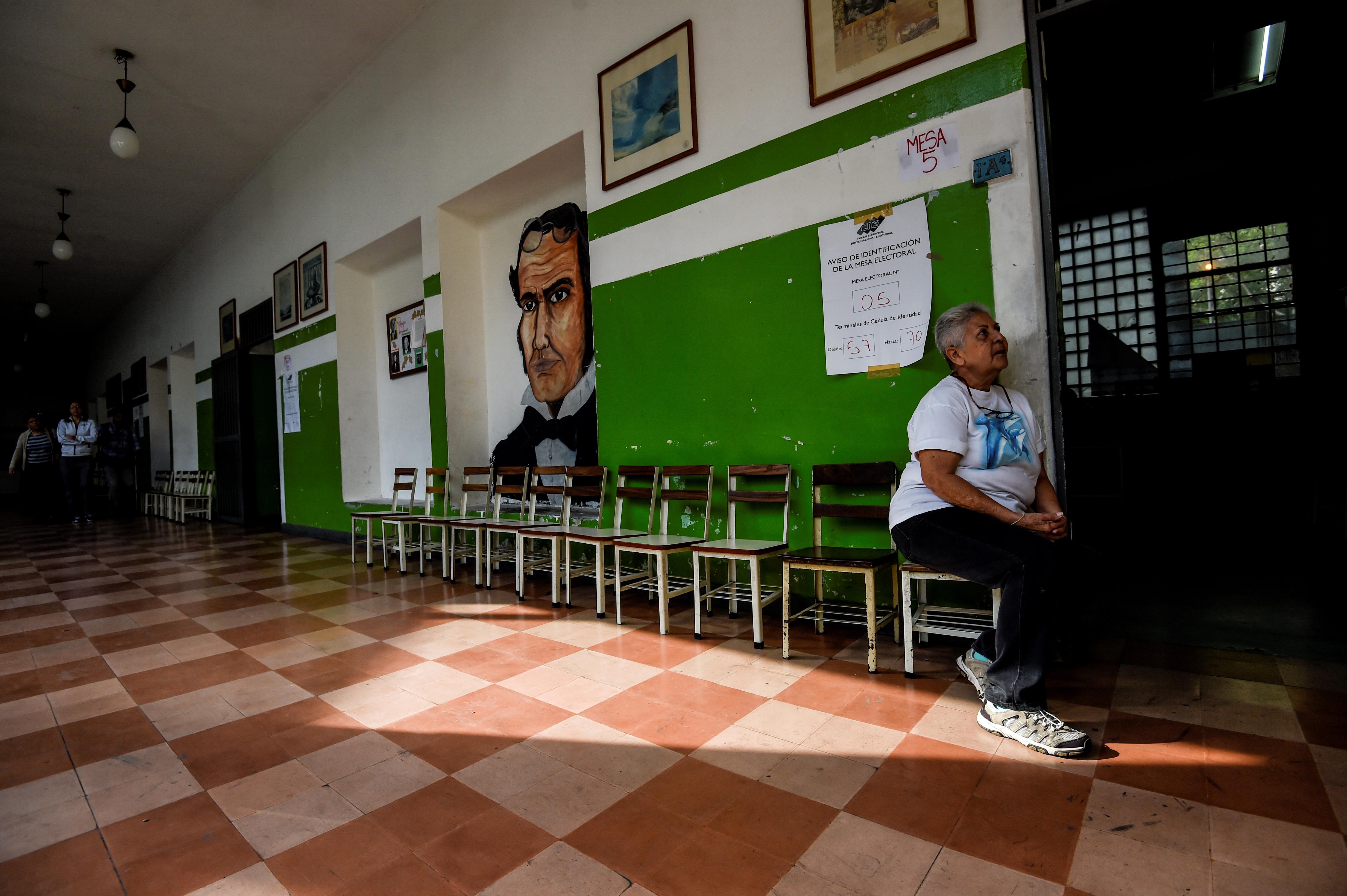 Una mujer espera en un centro prácticamente vacío (AFP)