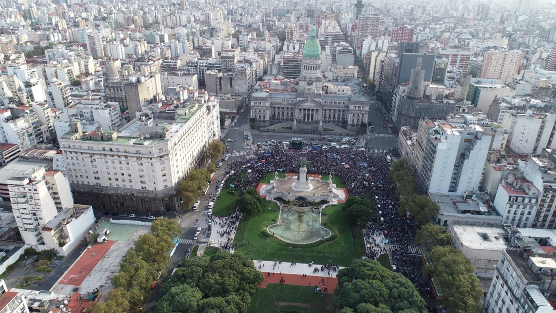 Toma aérea del Congreso de la Nación durante la marcha de este domingo