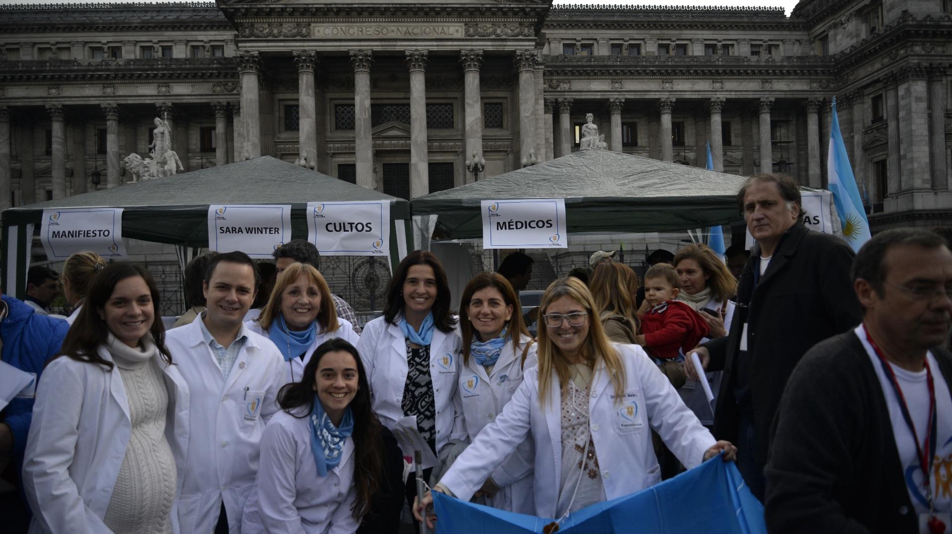 Durante la marcha además de pañuelos celestes predominaron las banderas argentinas