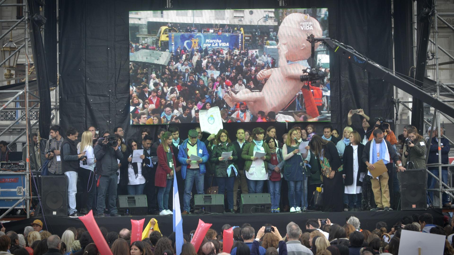 El escenario principal estuvo ubicado frente a las puertas del Congreso de la Nación