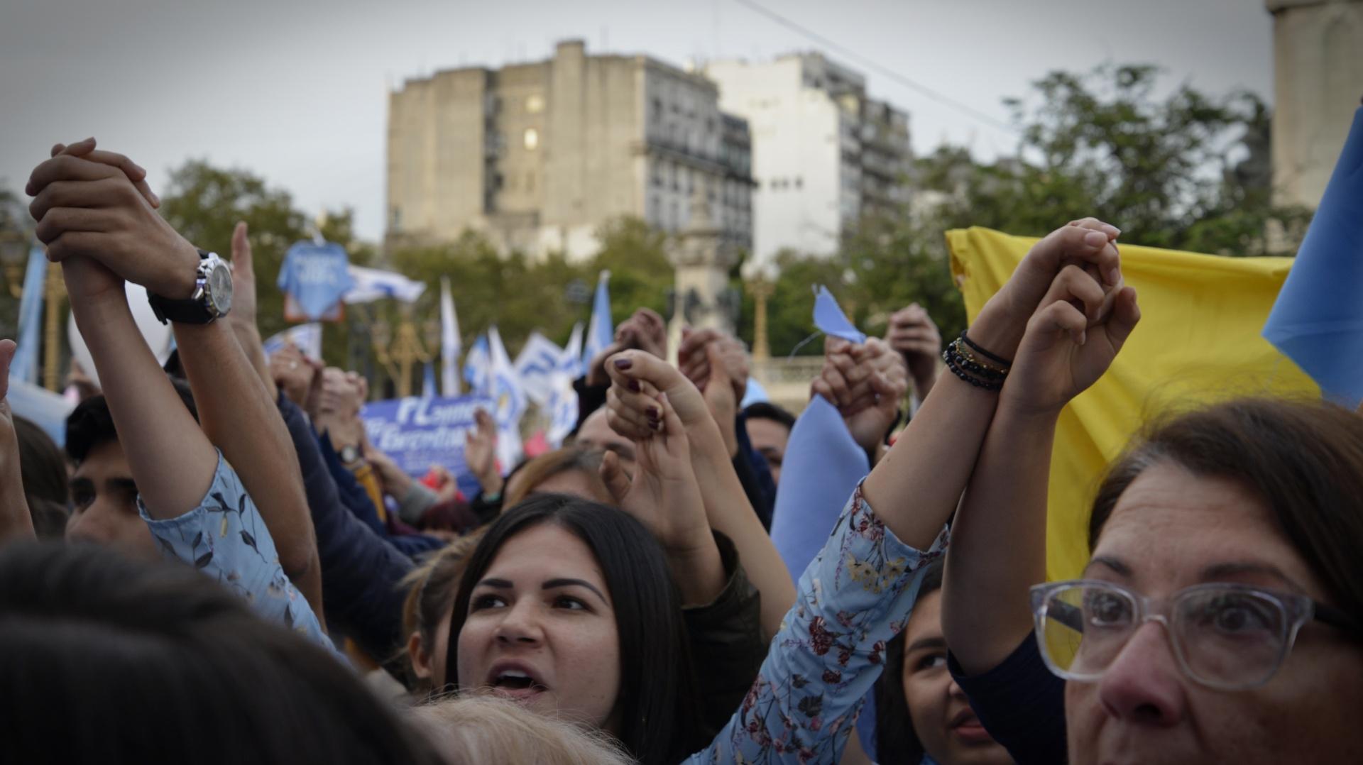 Tomados de las manos, los manifestantes insistieron con el pedido de que no se apruebe la ley