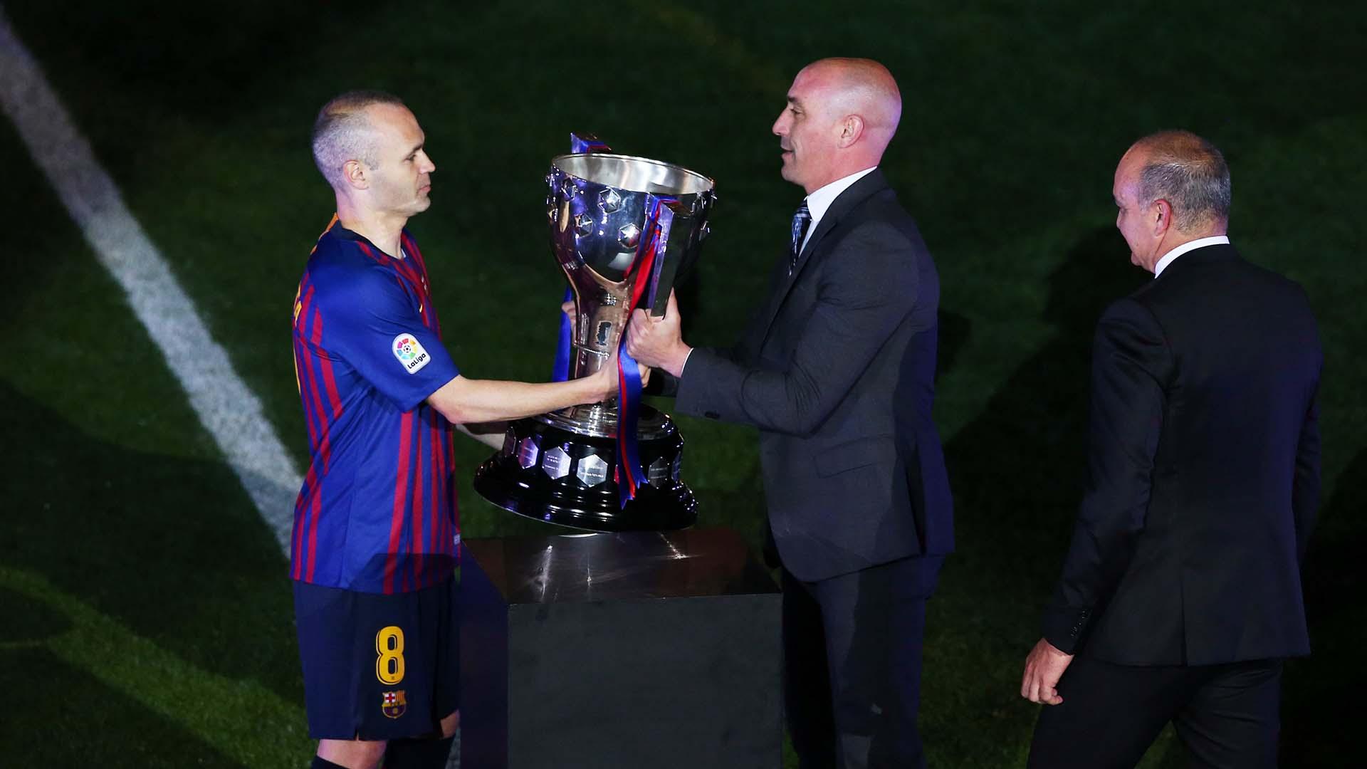 El mediocampista levantó 32 trofeos en Barcelona
