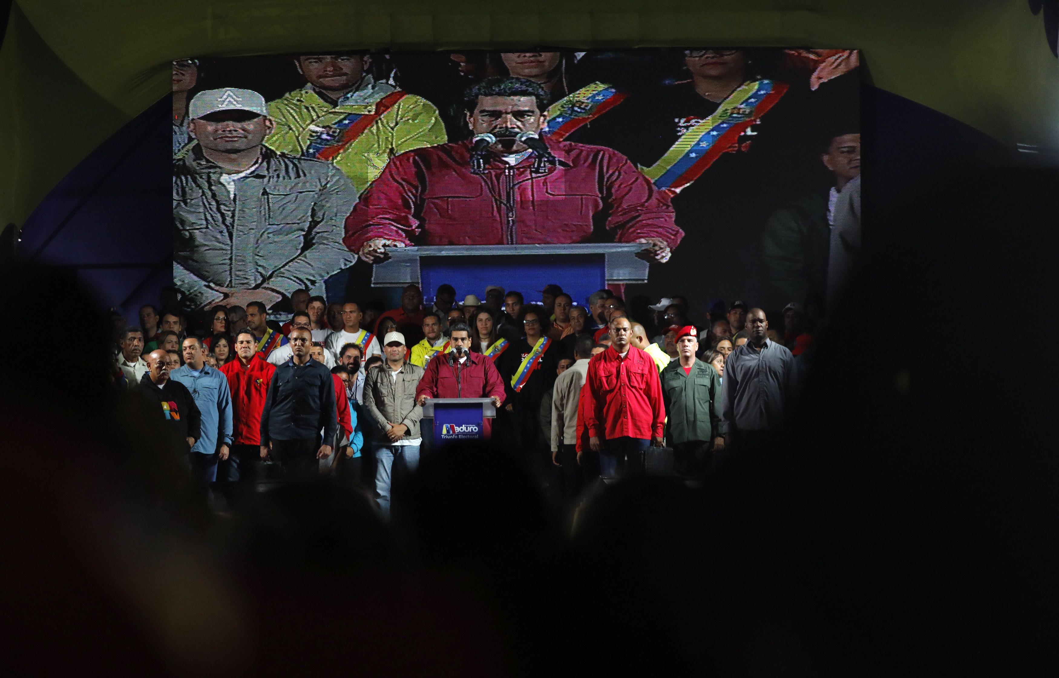 Nicolás Maduro celebra su victoria rodeado de seguidoresen las afueras del Palacio deMiraflores de Caracas(Reuters/Carlos Jasso)