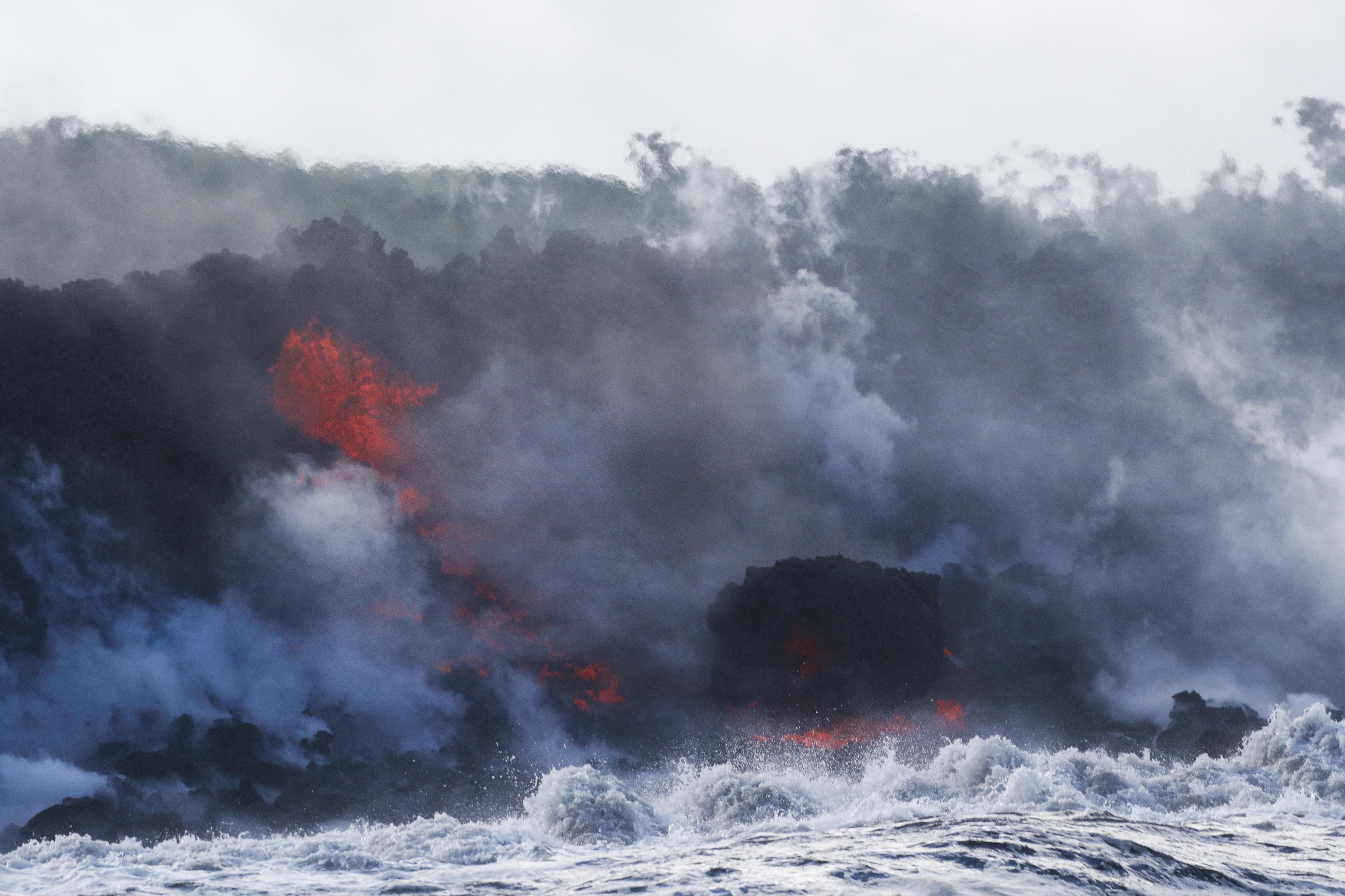 La lava del volcán Kilauea llega al océano cerca de Pahoa, en Hawaii, Estados Unidos, el 20 de mayo de 2018 (AP Foto/ Jae C. Hong)