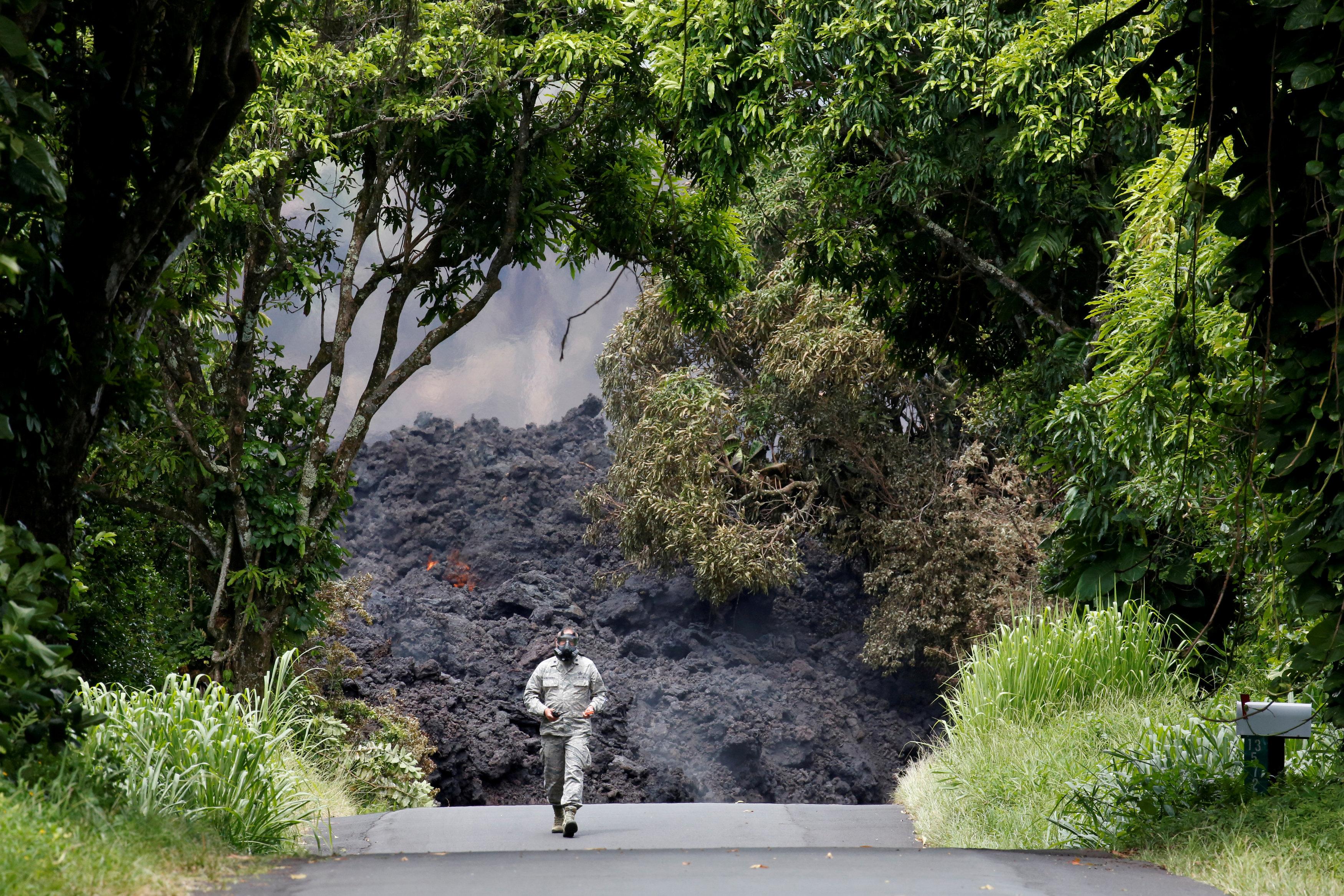 El Teniente Coronel Charles Anthony, de la Guardia Nacional de Hawaii, mide los niveles de dióxido sulfúrico (Reuters/ Terray Sylvester)