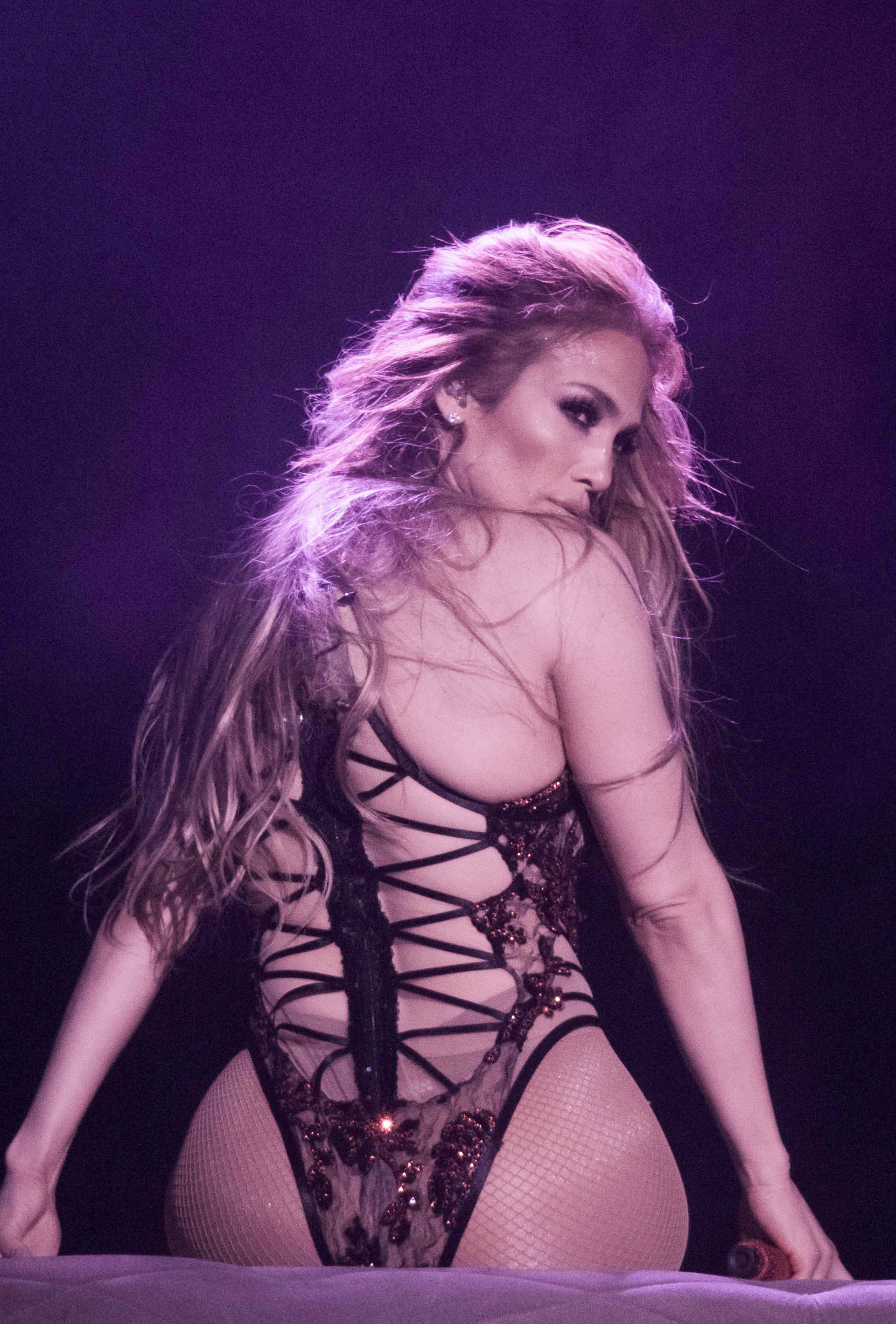 La cantante realizó un baile muy sensual sobre el escenario (Photo © 2018 Splash News/The Grosby Group)
