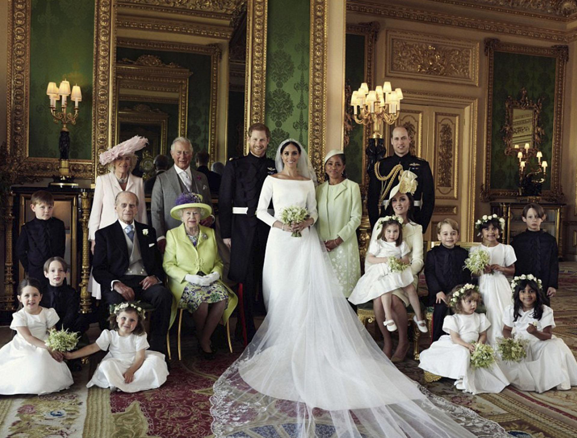 Los recién casados con la reina Isabel de Inglaterra, el príncipe Felipe, el príncipe Carlos con Camilla Parker-Bowles, la madre de Meghan, Doria, junto con Kate Middleton y William con George y Charlotte