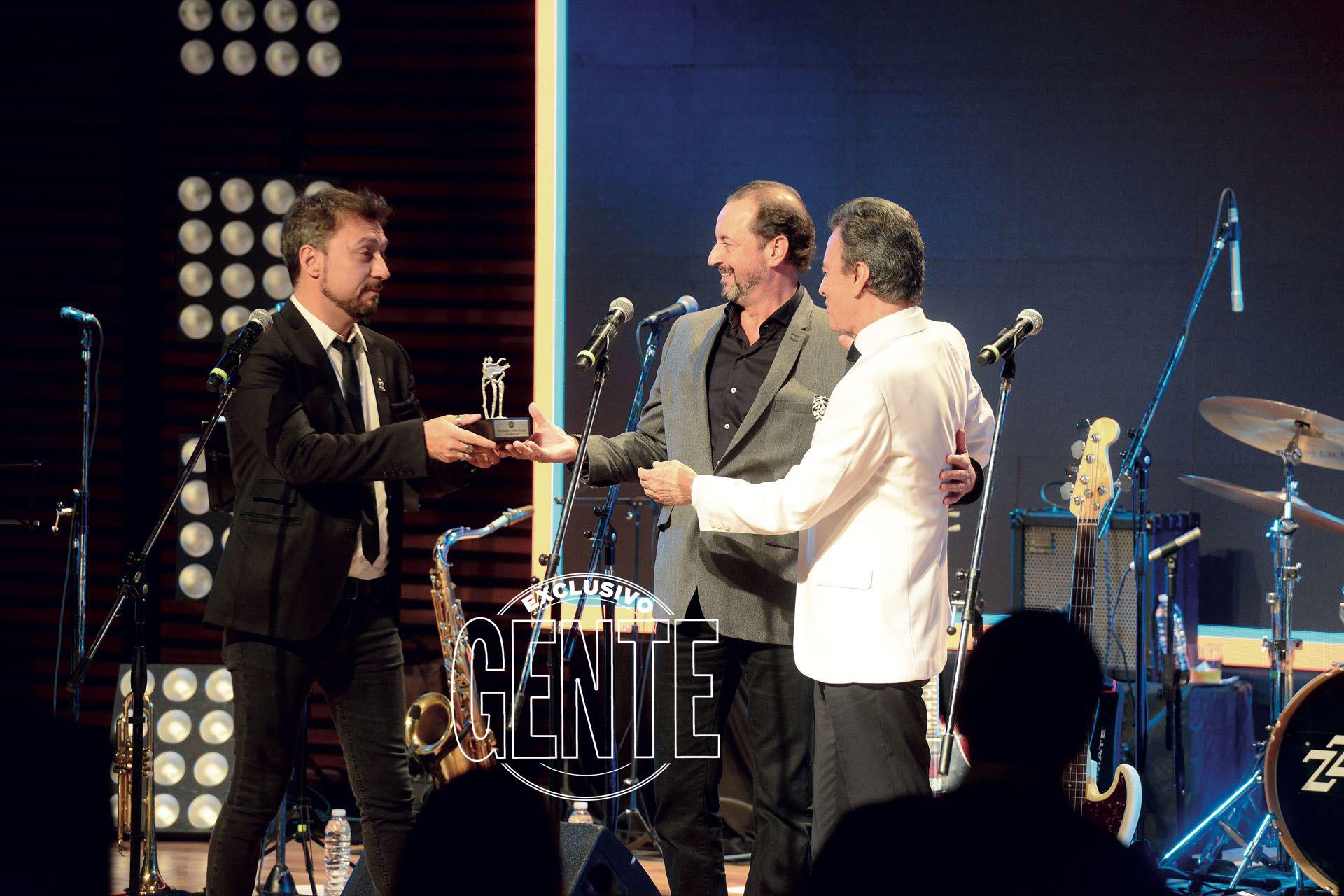 Ramón Palito Ortega recibió una distinción de manos del presidente de Sony Music, Damián Amato. (Foto Diego Soldini/GENTE)
