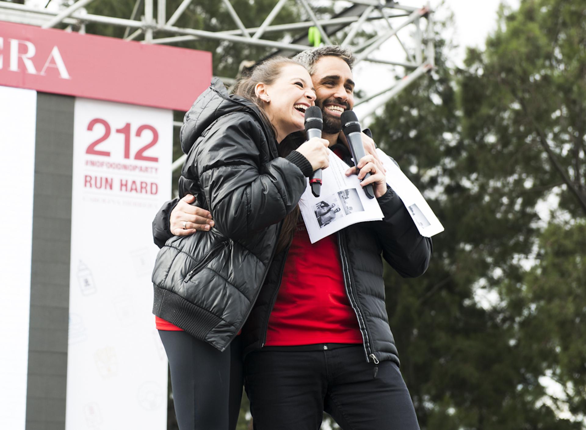 El Pollo Álvarez y Laura Azcurra fueron los encargados de conducir la carrera