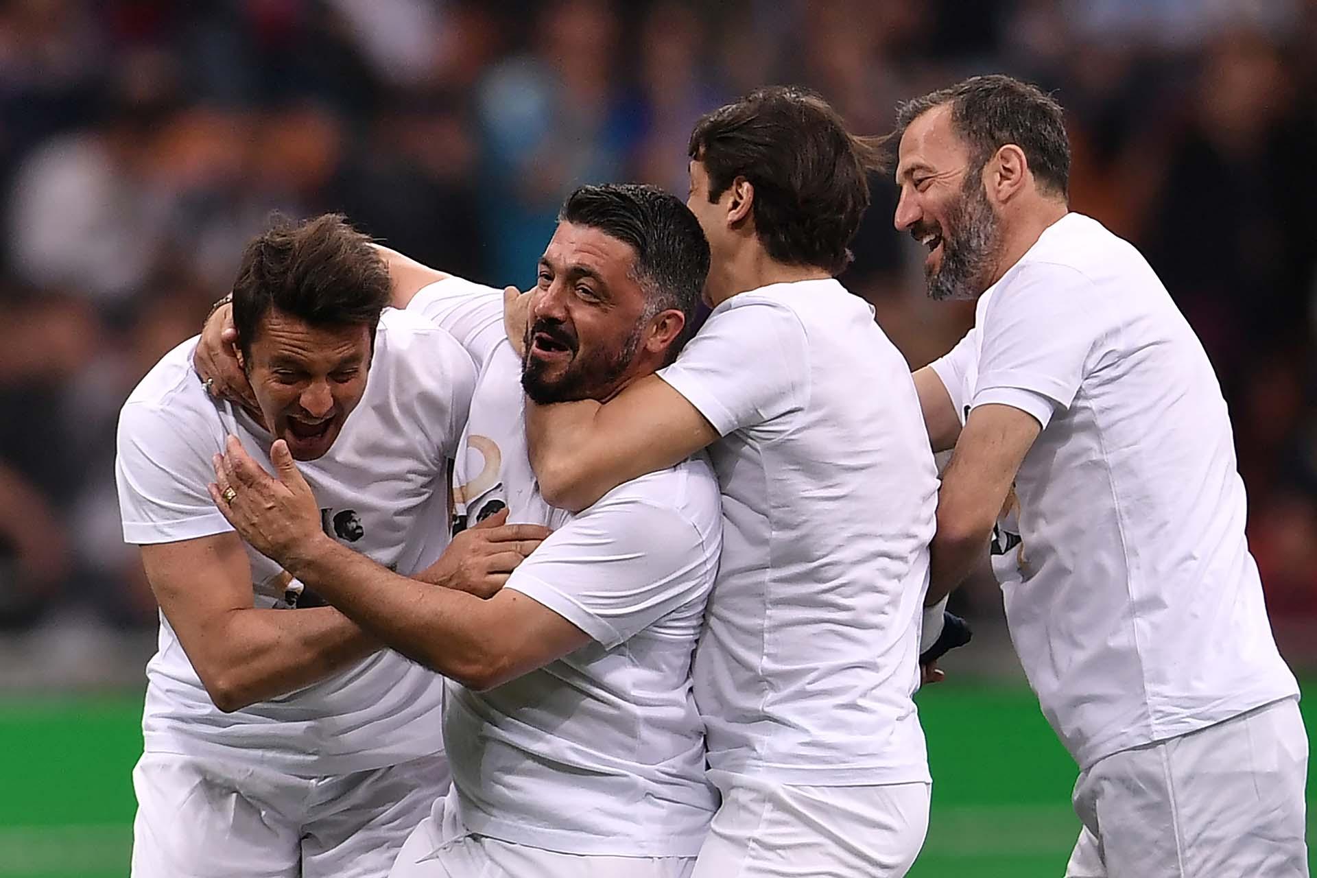 Massimo Oddo y Gennaro Gattuso se divierten en el homenaje a Andrea Pirloen el estadio Giuseppe Meazza (AFP)
