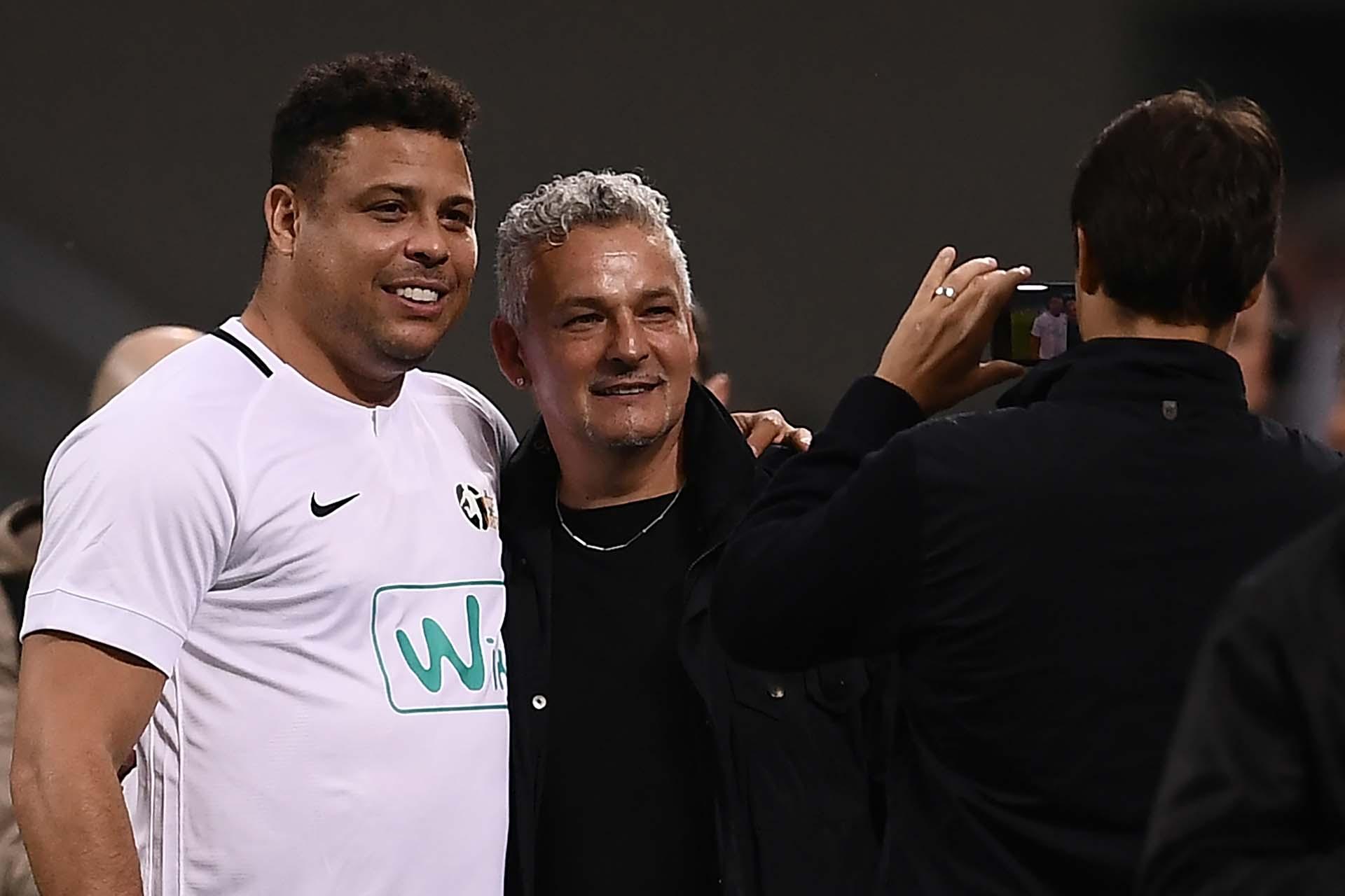 Ronaldo abrazado con Roberto Baggio (AFP)