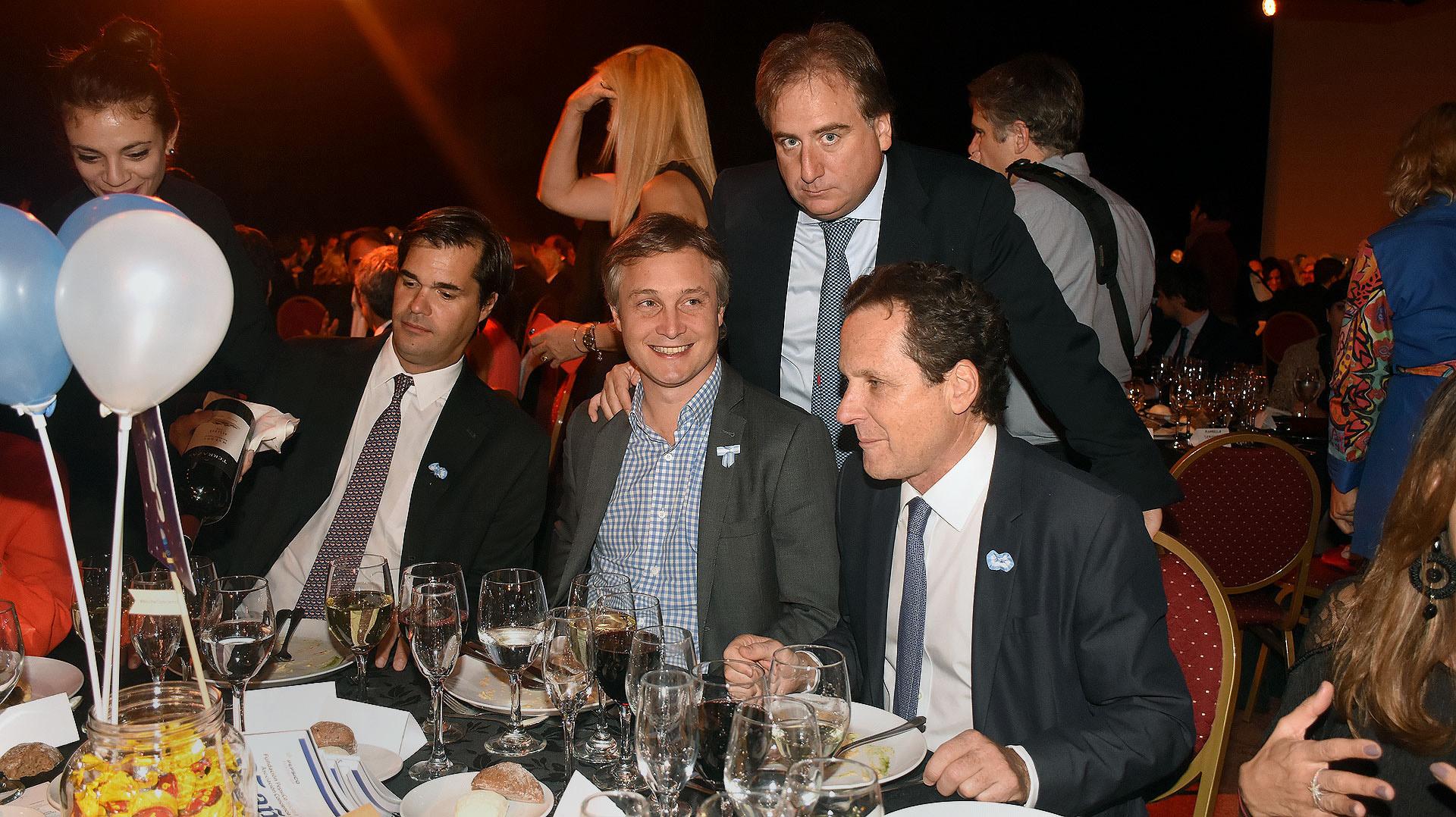 Sentados: Teofilo Lacroze, presidente de Shell; Fernando de Andreis, secretario general de la Presidencia, y Marcelo Sielecki. De pie, Tato Lanusse