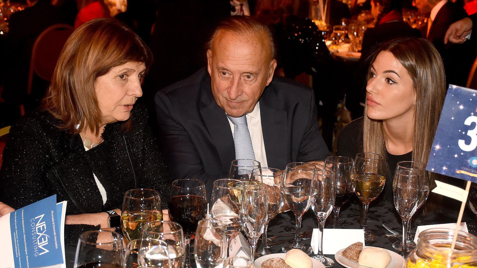La ministra Patricia Bullrich junto a Mauricio Filiberti, dueño de Transclor, y su mujer Camila Pitana