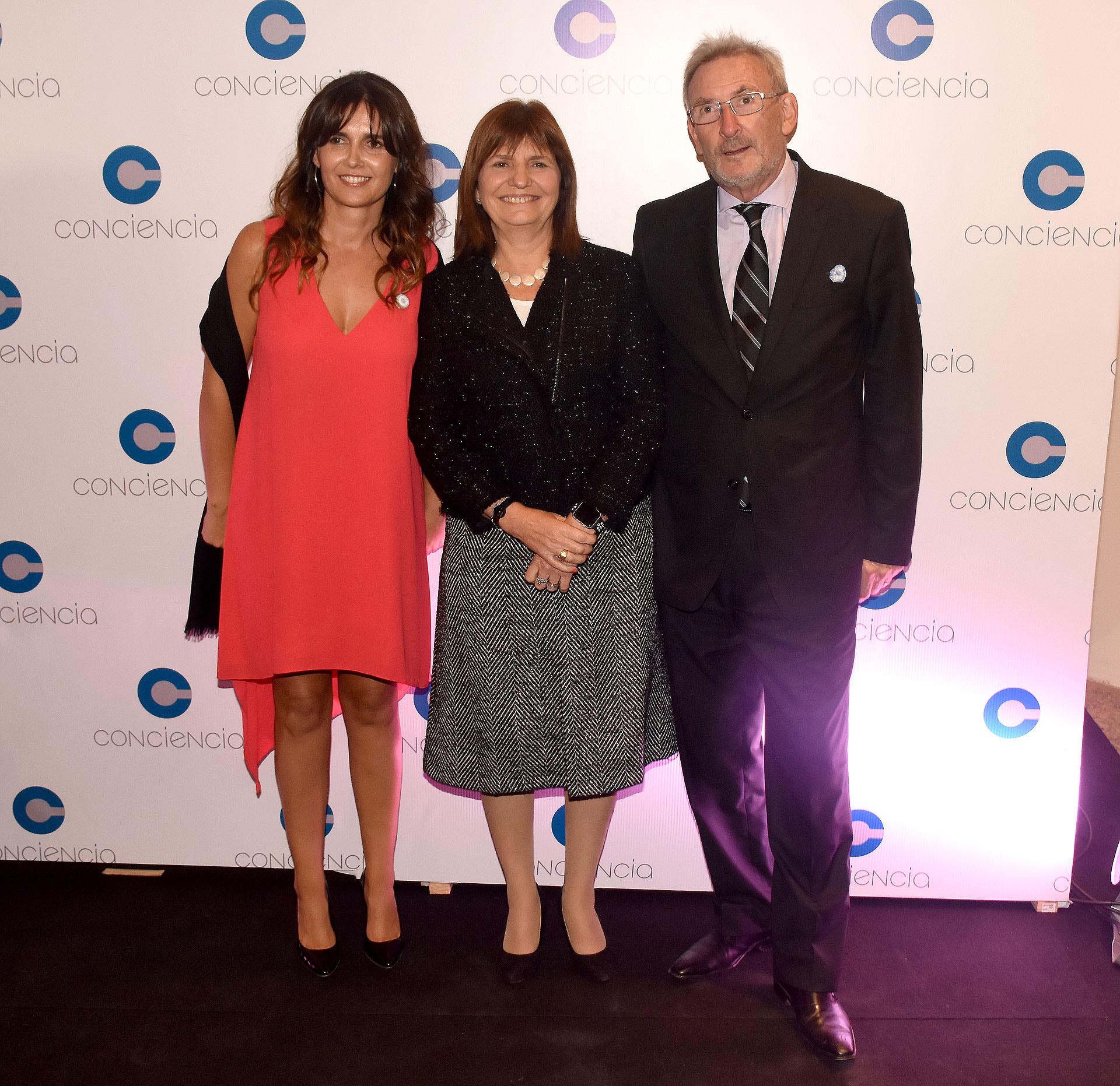 Beby Lacroze junto a la ministra de Seguridad, Patricia Bullrich, y su marido Guillermo Yanco, vicepresidente del Museo del Holocausto y miembro de la Comisión Directiva del Club Político