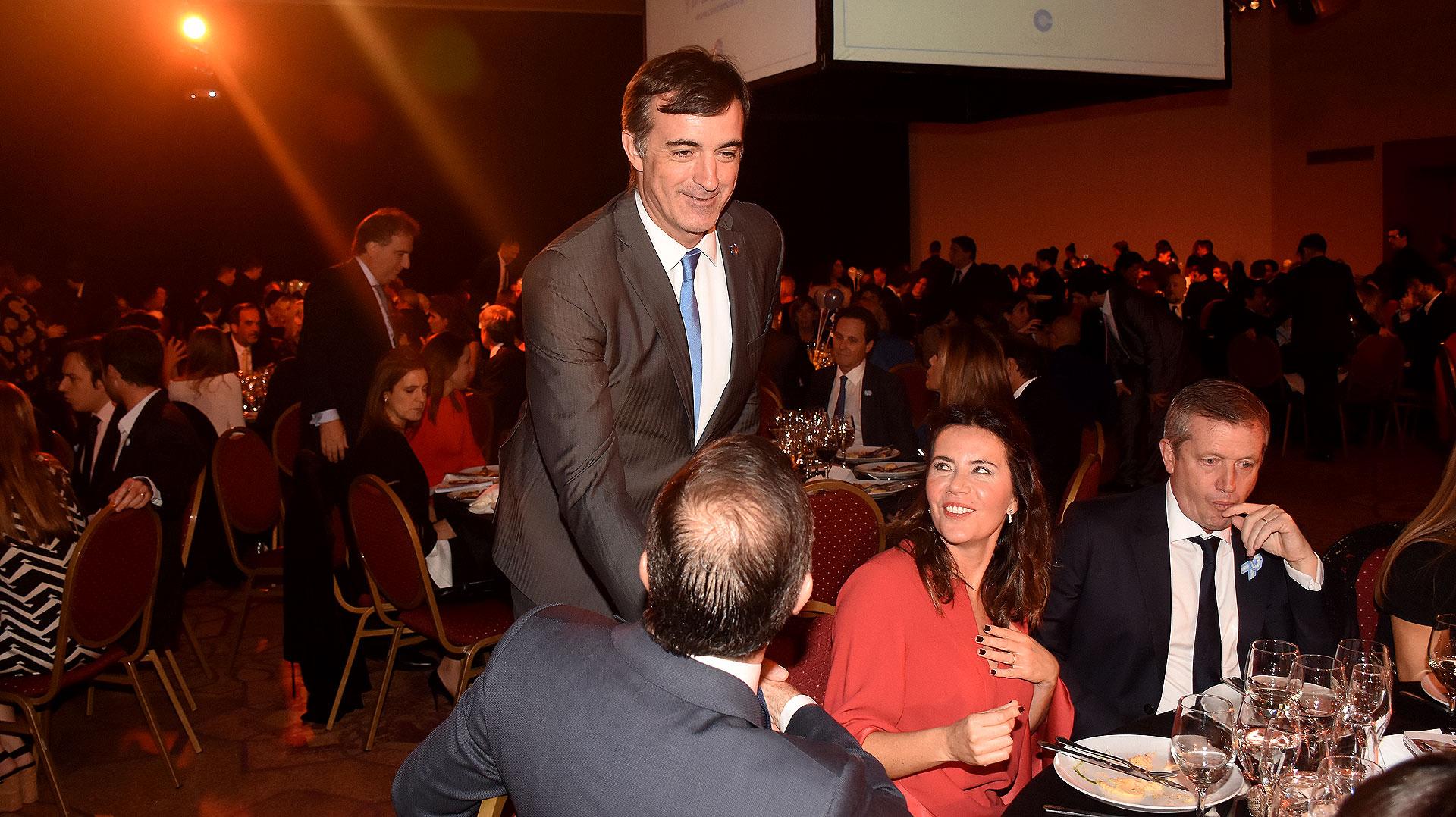 Esteban Bullrich saluda en la mesa de Emilio Monzó