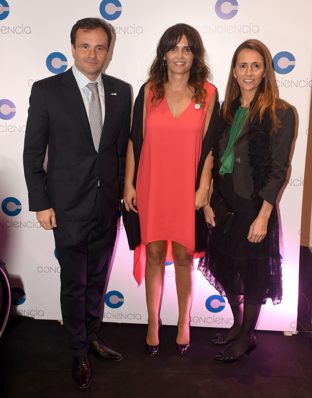 Juan Pablo Maglier, director de Relaciones Institucionales de La Rural, junto a su mujer Magalí y Beby Lacroze