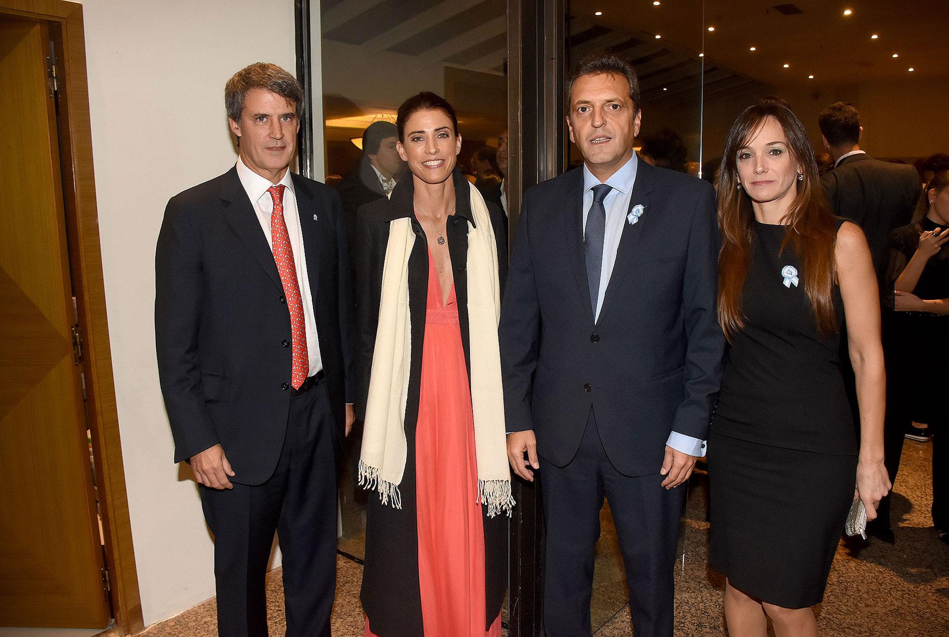 El ex ministro de Economía, Alfonso Prat Gay, y su pareja junto a Sergio Massa y Malena Galmarini