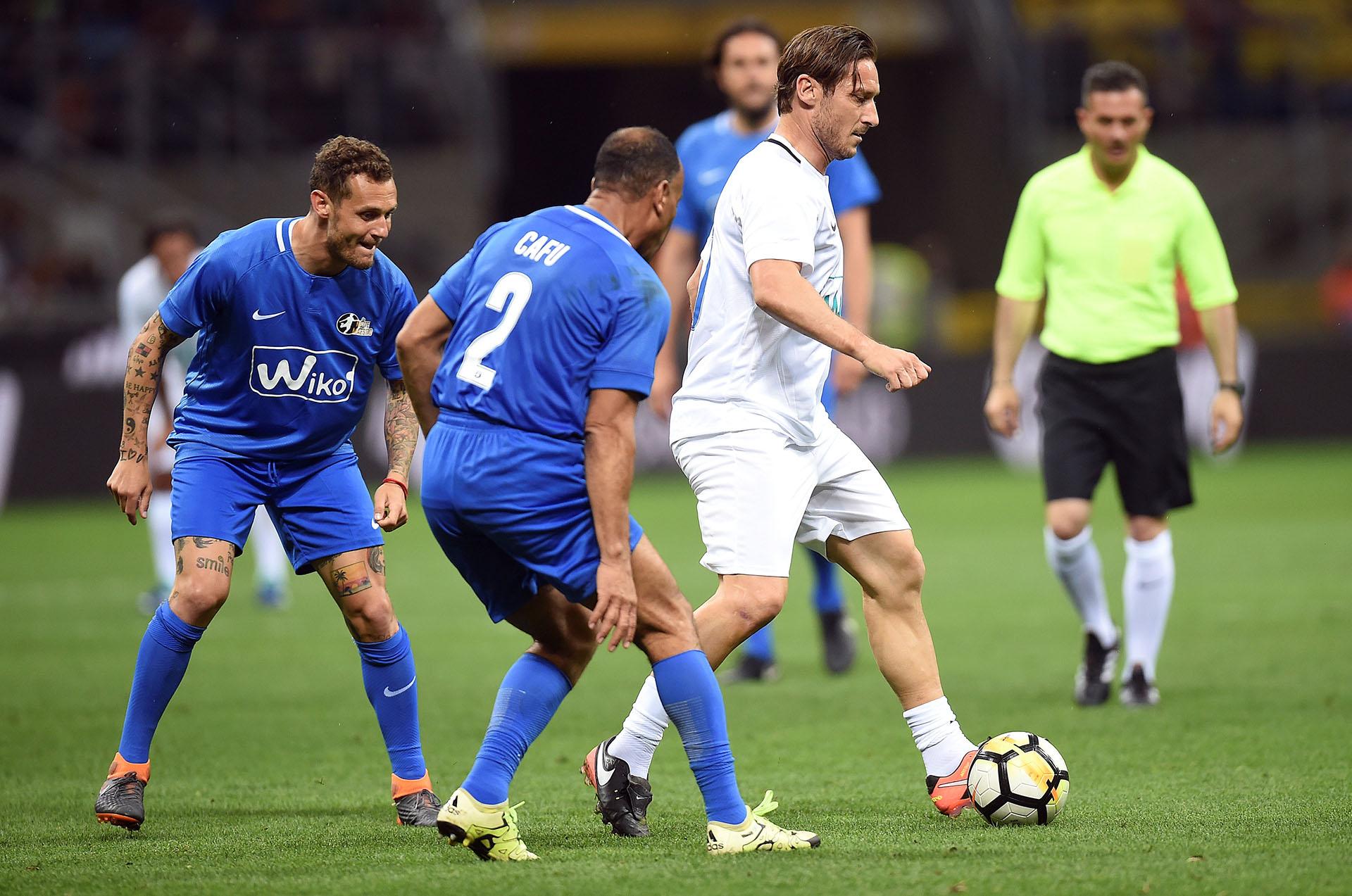 Francesco Totti marcado por Cafú en la despedida de Pirlo (Reuters)