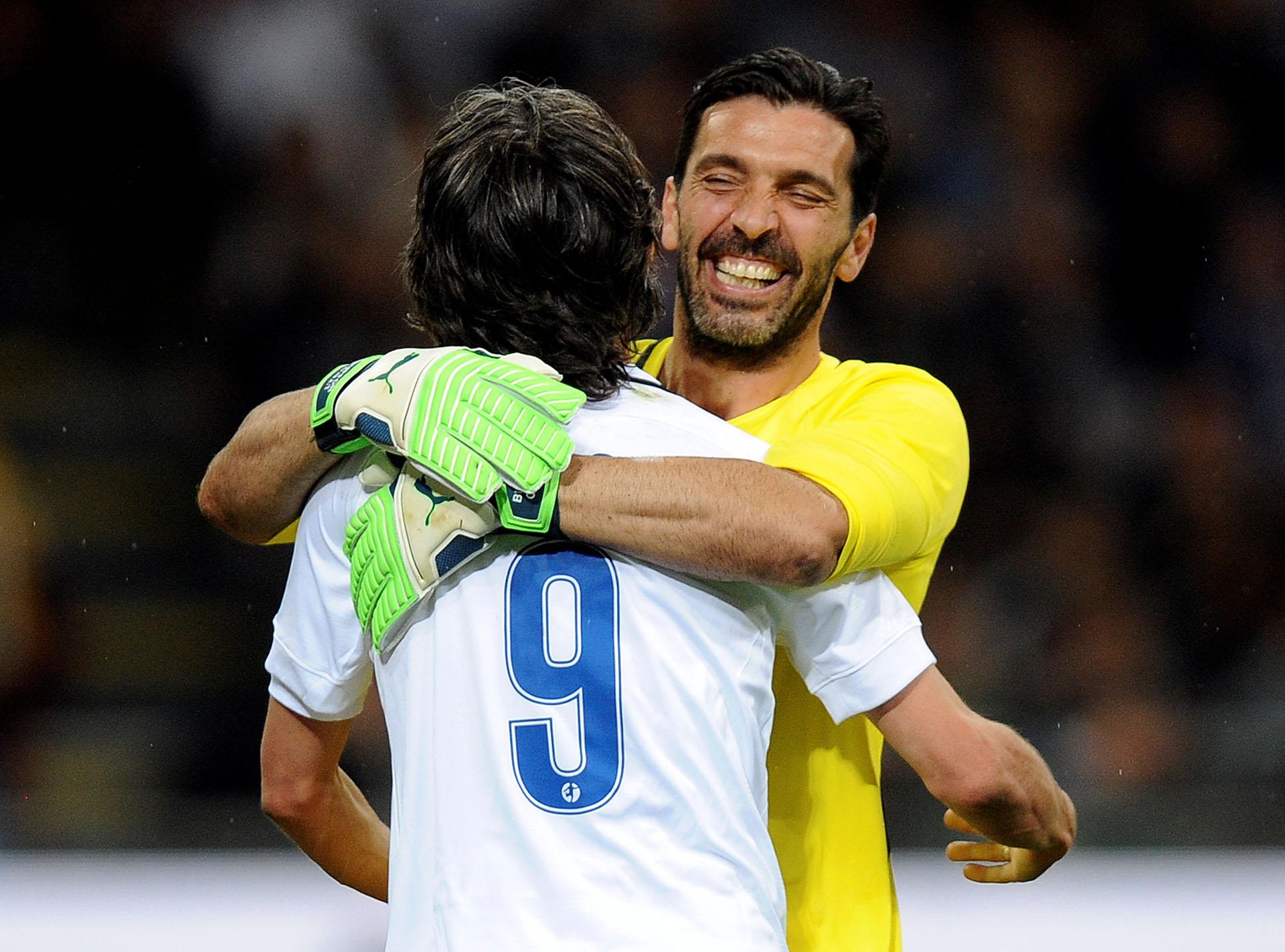 Abrazo entre Gianluigi Buffon y Filippo Inzaghi en el homenaje a Andrea Pirlo (Reuters)