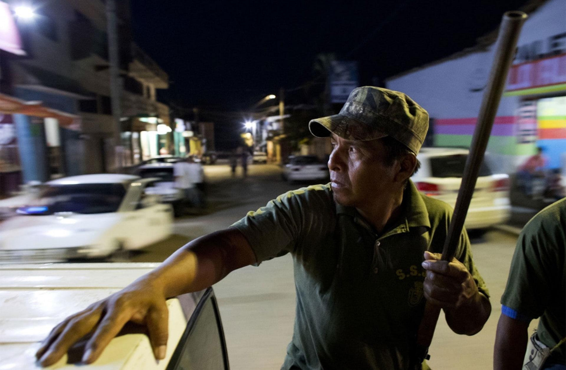 """René Zeferino, miembro de la """"policía comunitaria"""", observa desde un vehículo mientras patrulla las calles de Ayutla de los Libres, en Guerrero (Rebecca Blackwell/AP)"""