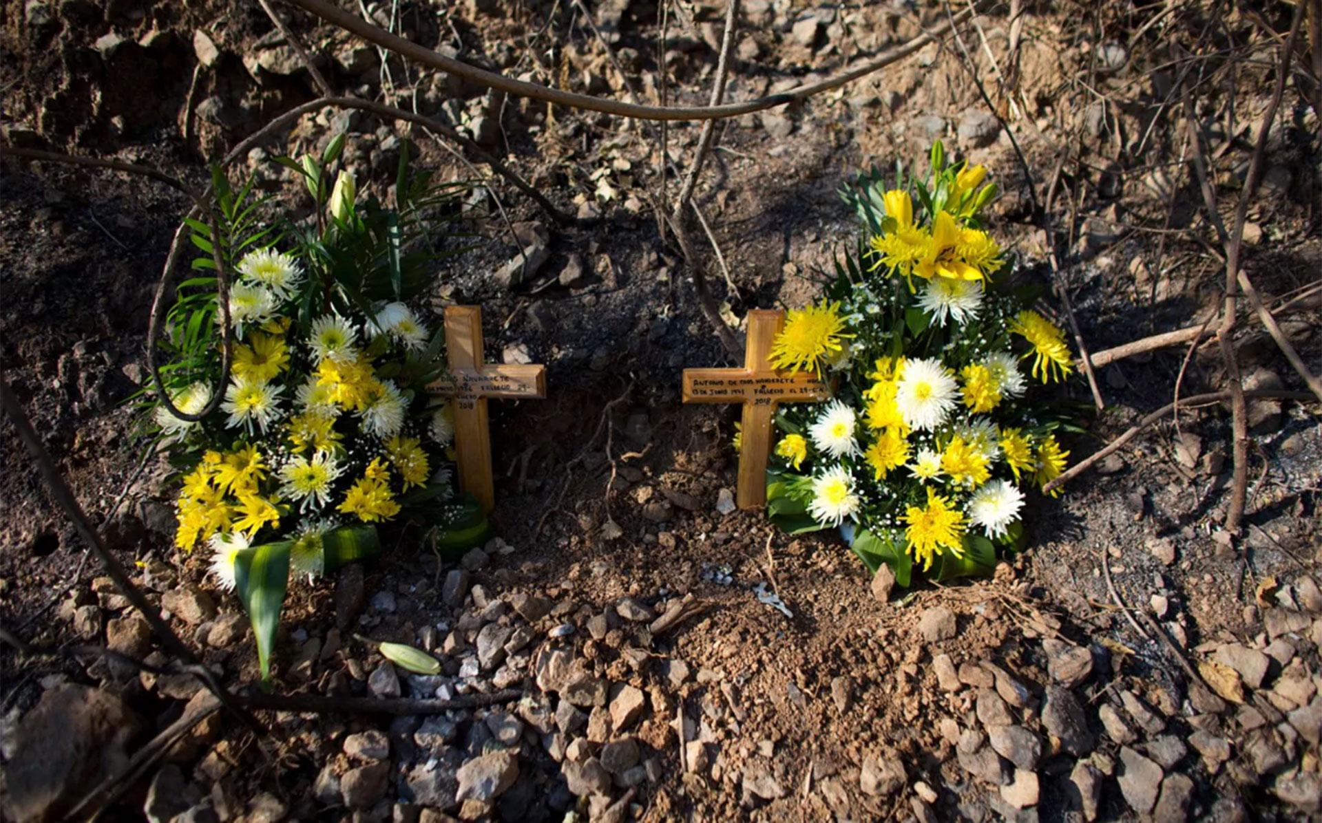 Cruces y flores adornan el lugar de fallecimiento de dos policías comunitarios en Rincón de la Vía
