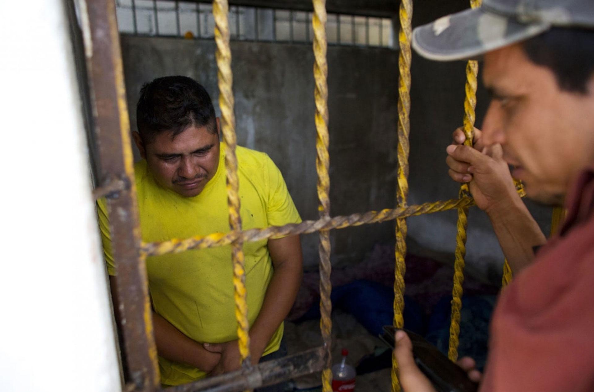 Marcelo Ramírez Bolaños llora mientras es interrogado en una celda parapolicial sobre un secuestro y robo