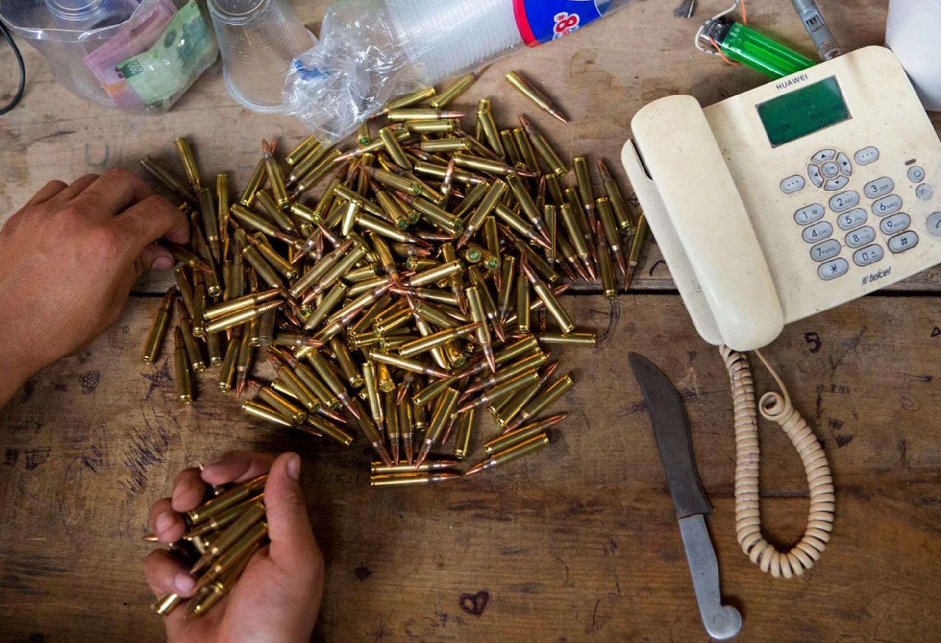 Un miembro del grupo cuenta las balas