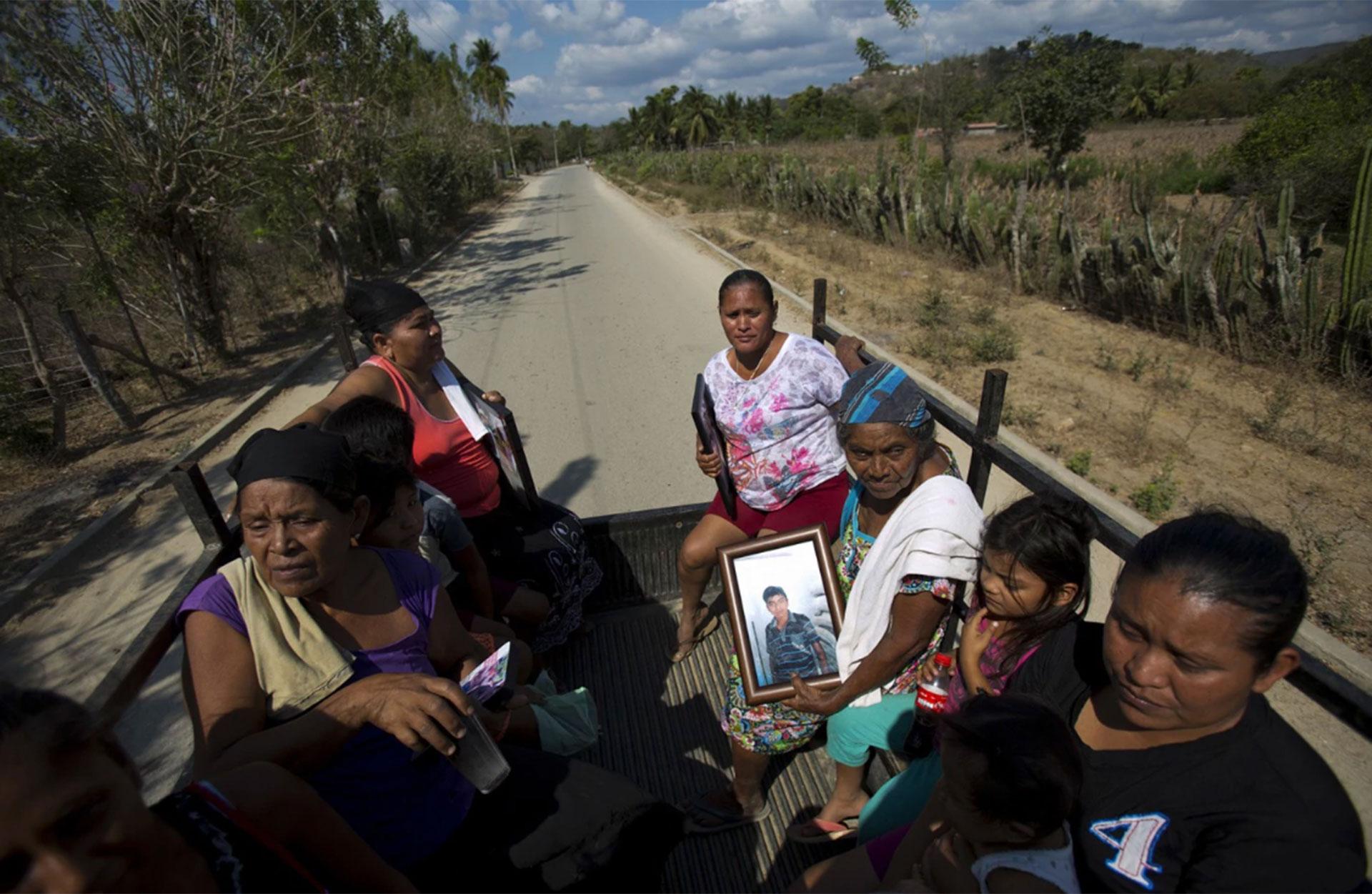 Parientes de seis civiles fallecidos cargan sus fotos. Acusan a los policías comunitarios de ser los responsables de las muertes