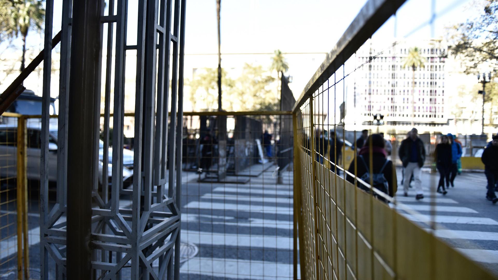 ONG y especialistas en patrimonio criticaron las rejas de la Plaza