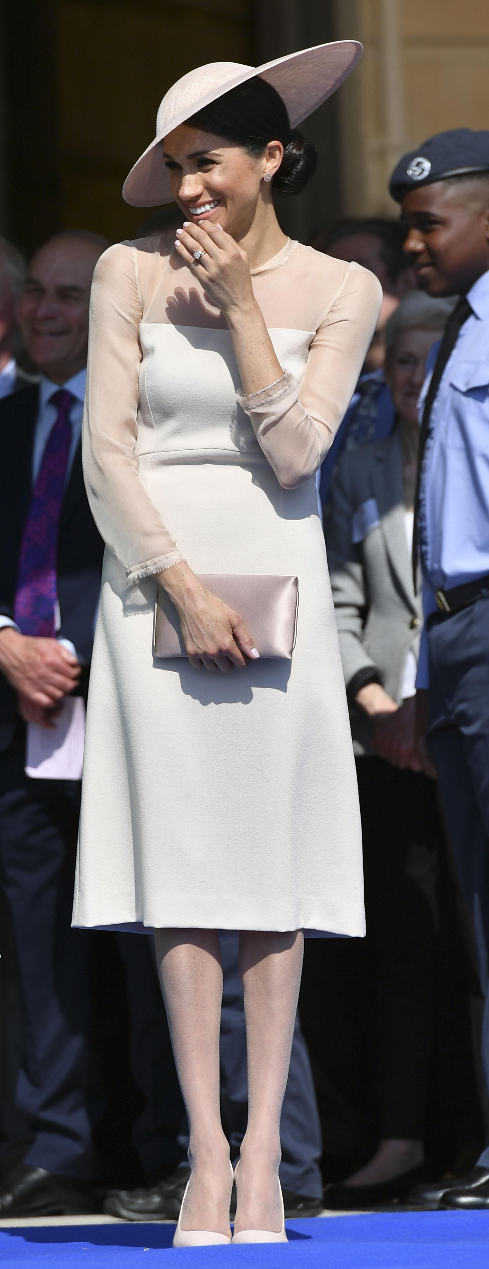 La transformación de estilo quedó evidenciada. Siguiendo la línea protocolar, la nueva integrante de la corona británica optó por un look sobrio. Un vestido de mangas largas con transparencias en tono rosa empolvado de la firma Goat. La falda pasando la rodilla y medias largas para tapar las piernas.