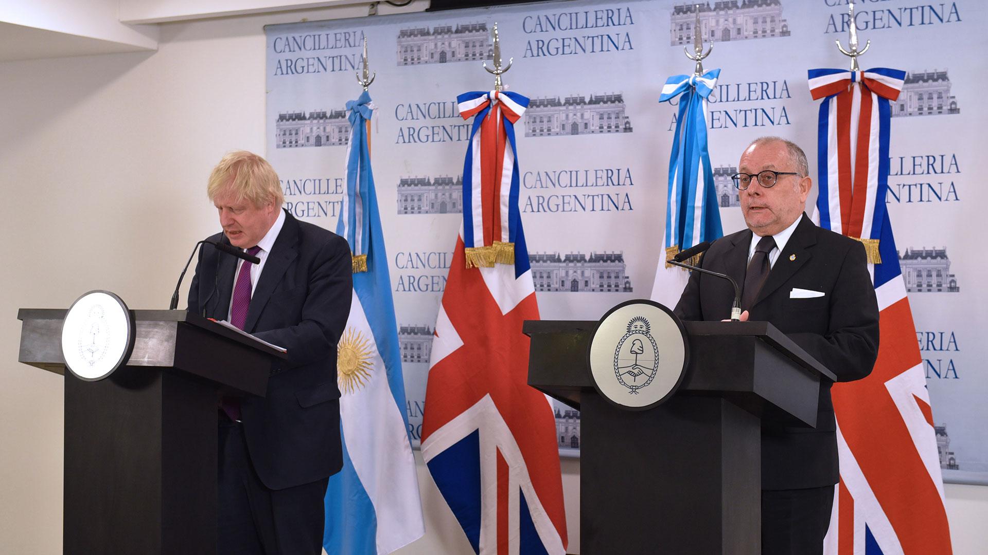 El canciller inglés Boris Johnson junto a su par argentino Jorge Faurie (Télam)