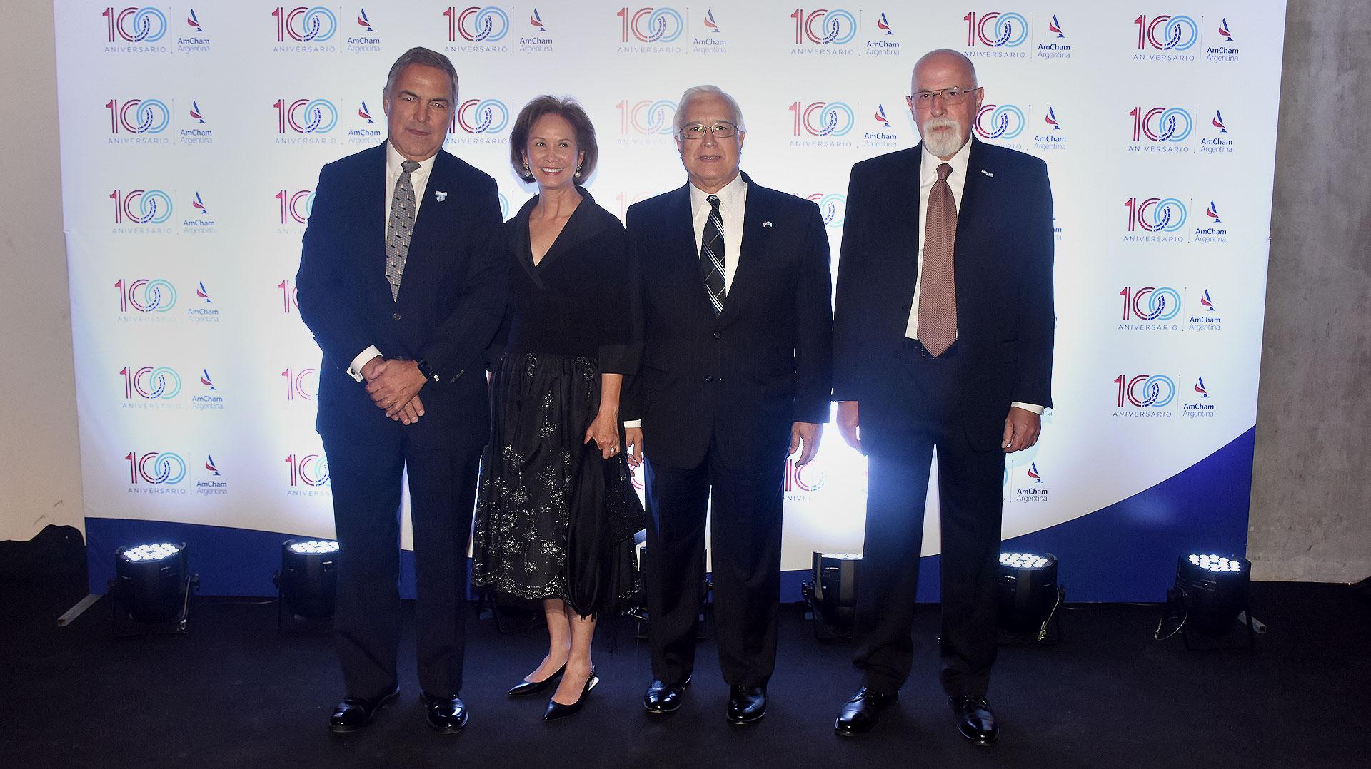 El presidente de AmCham Argentina, Manuel Aguirre, junto al embajador de los Estados Unidos en la Argentina, Edward Prado; su esposa María y Hugo Krajnc, miembro del board de AmCham