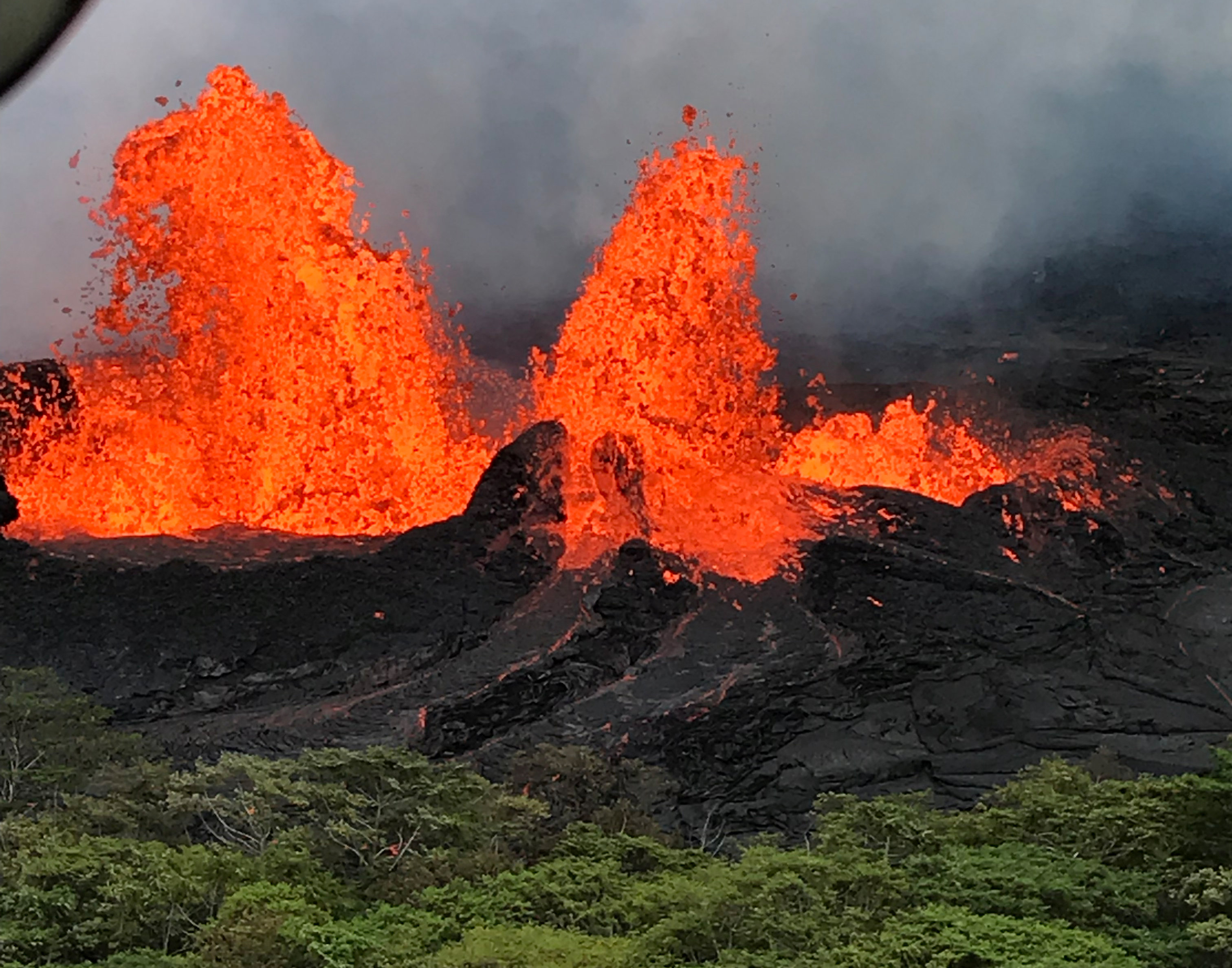 Una fuente de lava captada desde un helicóptero, sobre la Fisura 22 del Volcán Kilauea en Hawaii, el 21 de mayo(REUTERS)