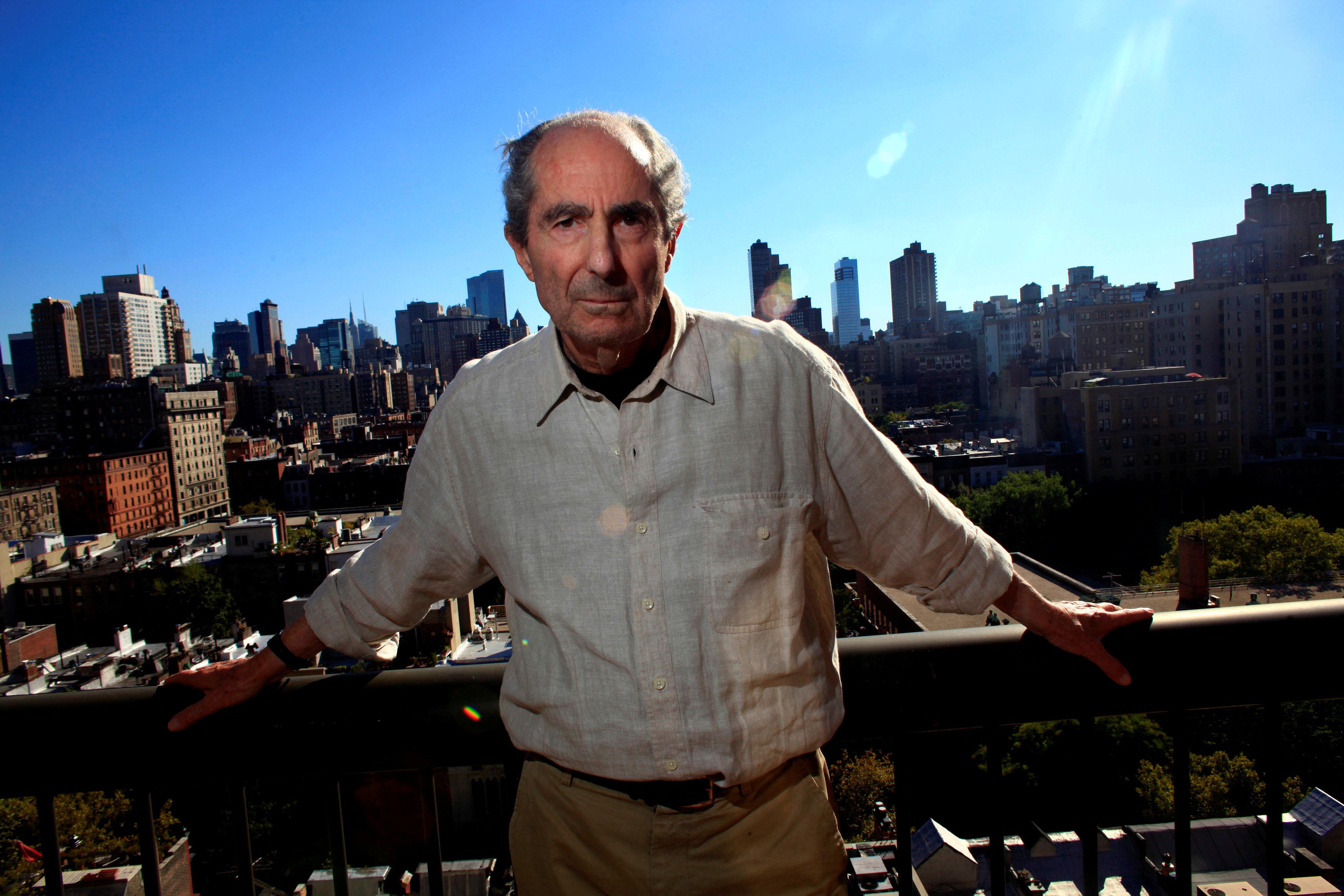 Roth posa en la terraza de su apartamento neoyorquino
