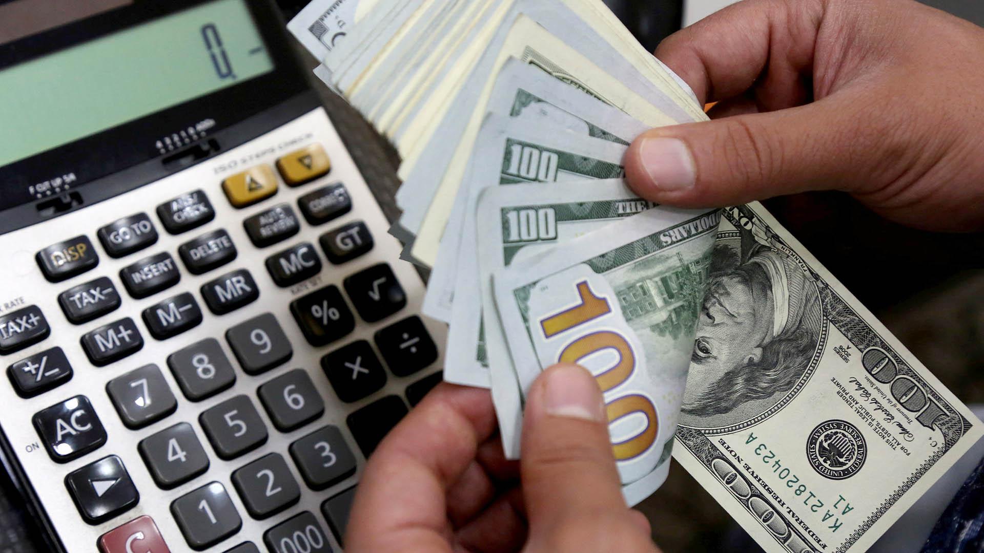 El dólar se alejó del récord de precios, cercano a los 30 pesos. (Reuters)