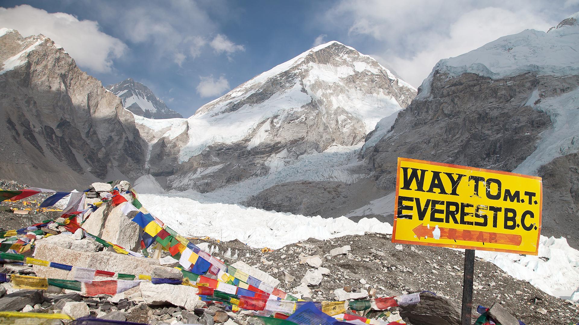 Cada vez más grupos organizando expediciones a la mítica montaña, lo que también ayuda a reducir su coste (Getty)