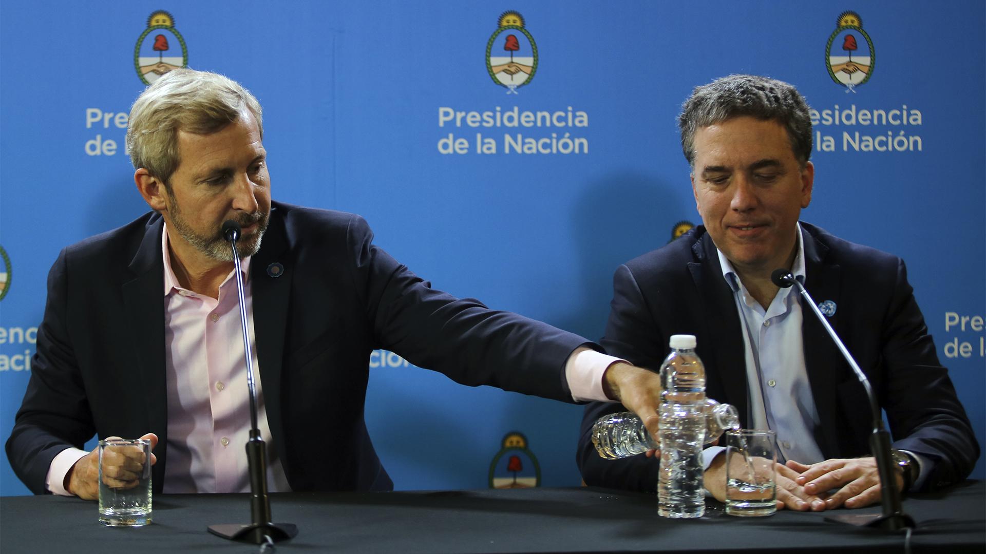 Rogelio Frigerio y Nicolás Dujovne en la conferencia de prensa posterior a la reunión de Gabinete ampliado
