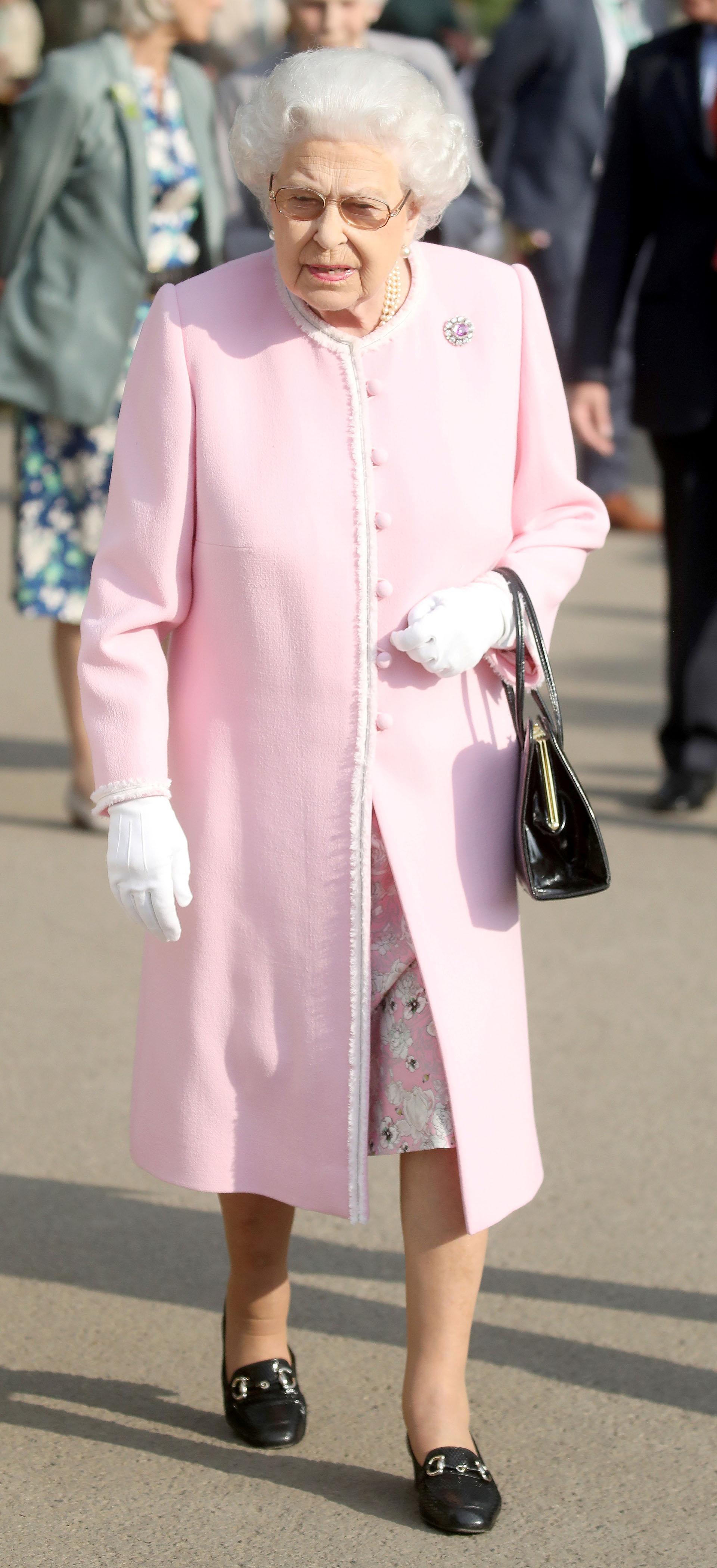 Fiel a su tradicional estilo monocromo, lució un tapado rosa con detalles pequeños en blanco. Debajo, asomaba la falda floreada de su vestido