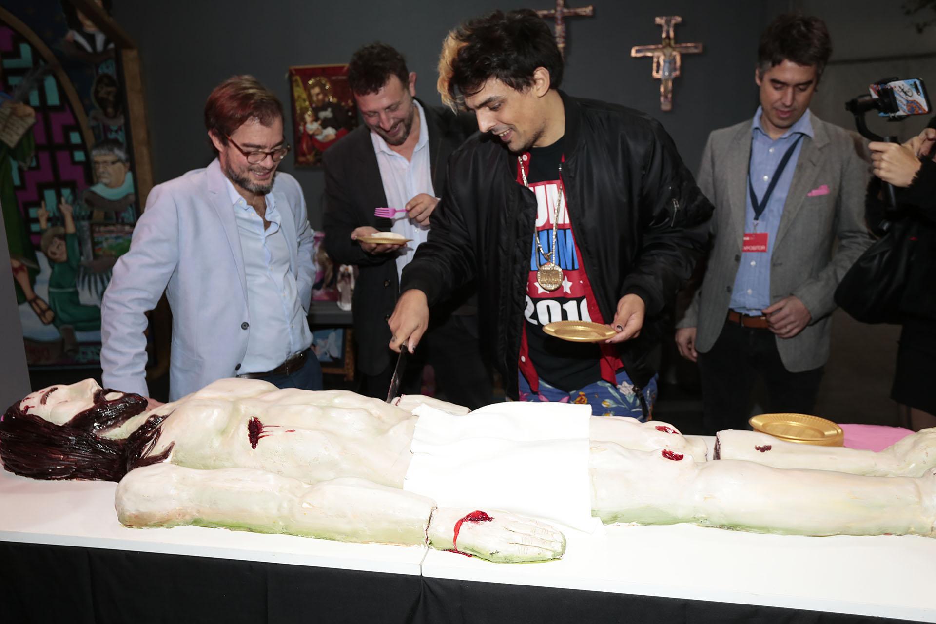 Enrique Avogadro con Agustín Montes de Oca junto a uno de los expositores, que presentó una intervención comestible de la imagen de Cristo y que compartió con los asistentes