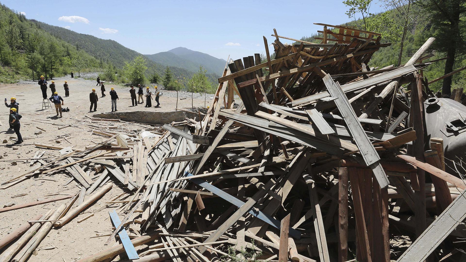Reporteros internacionales recorren el lugar luego de las explosiones (AP)