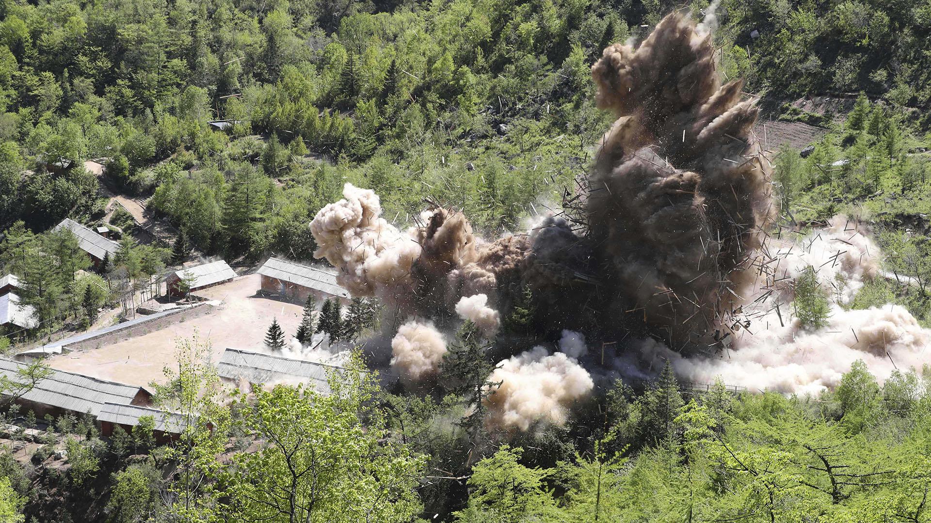 """Los puestos de comando del sitio de pruebas nucleares norcoreano son detonados por orden del """"líder supremo"""" Kim Jong-un en Punggye-ri (AP)"""