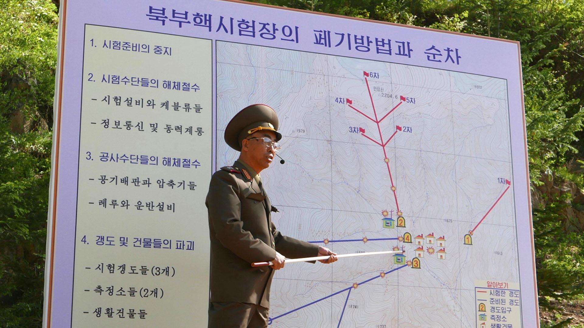 El director del Instituto de Armas Nucleares de Corea del Norte -cuyo nombre no fue revelado a la prensa- explica cómo serán los procedimientos para las explosiones (AP)