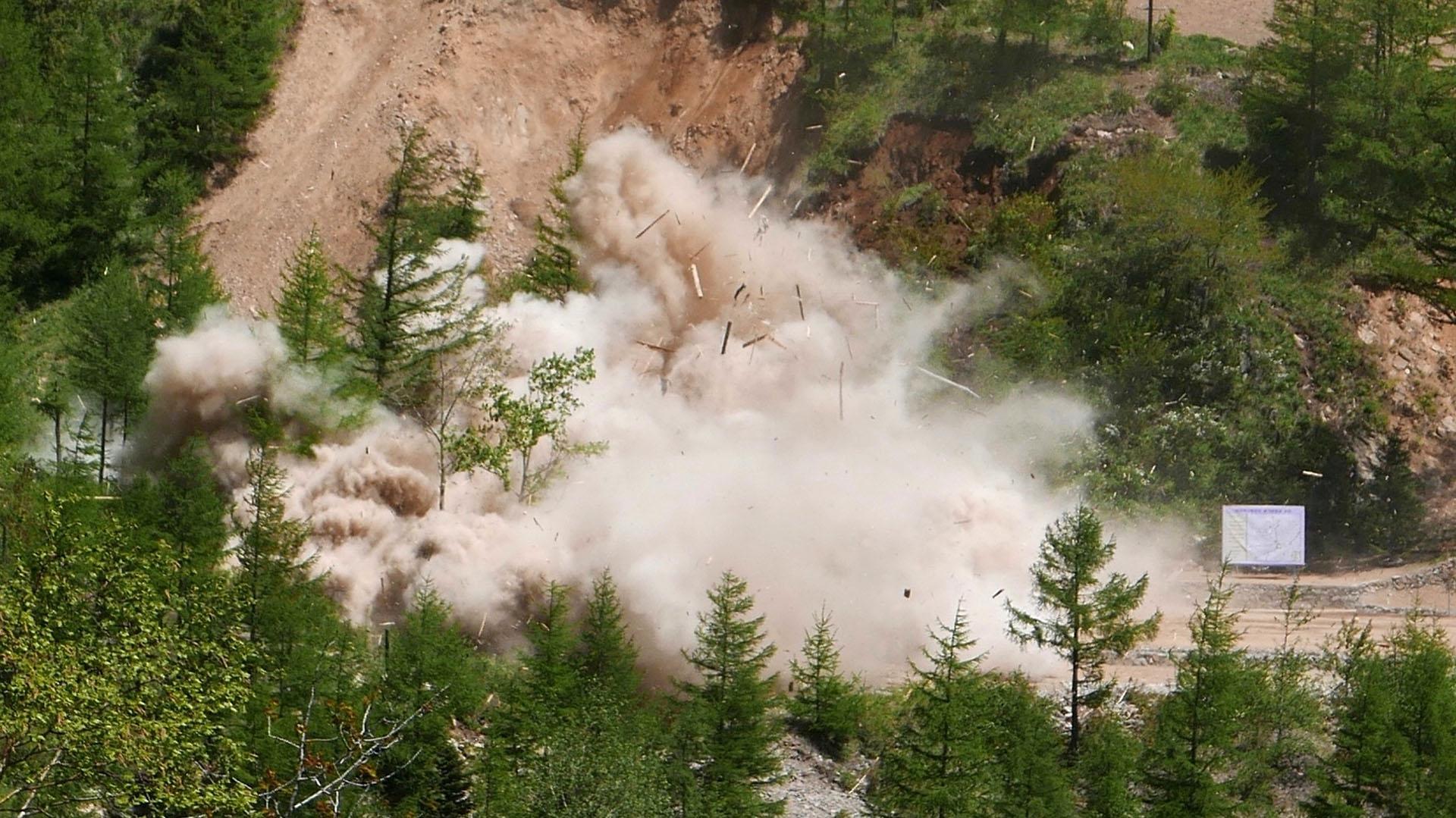 Humo, polvo y destrucción. Así fue detonado uno de los tres principales túneles del sitio de pruebas nucleares de Kim Jong-un (AP)