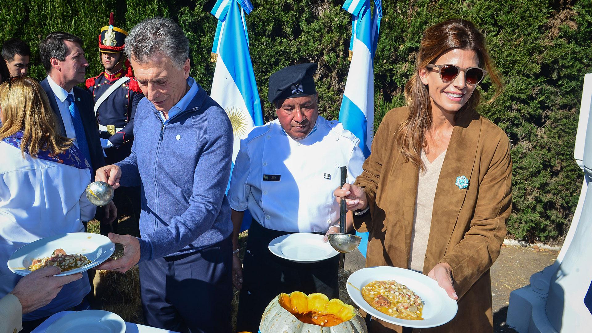 Tras el tedeum, el Presidente compartió un locro en la residencia de Olivos con vecinos, jubilados y funcionarios
