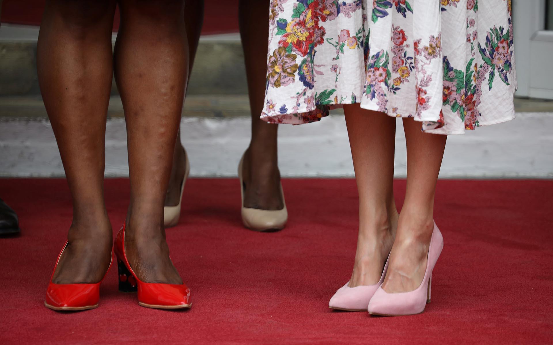 A la hora del calzado, la reina eligió stilettos de gamuza color rosa