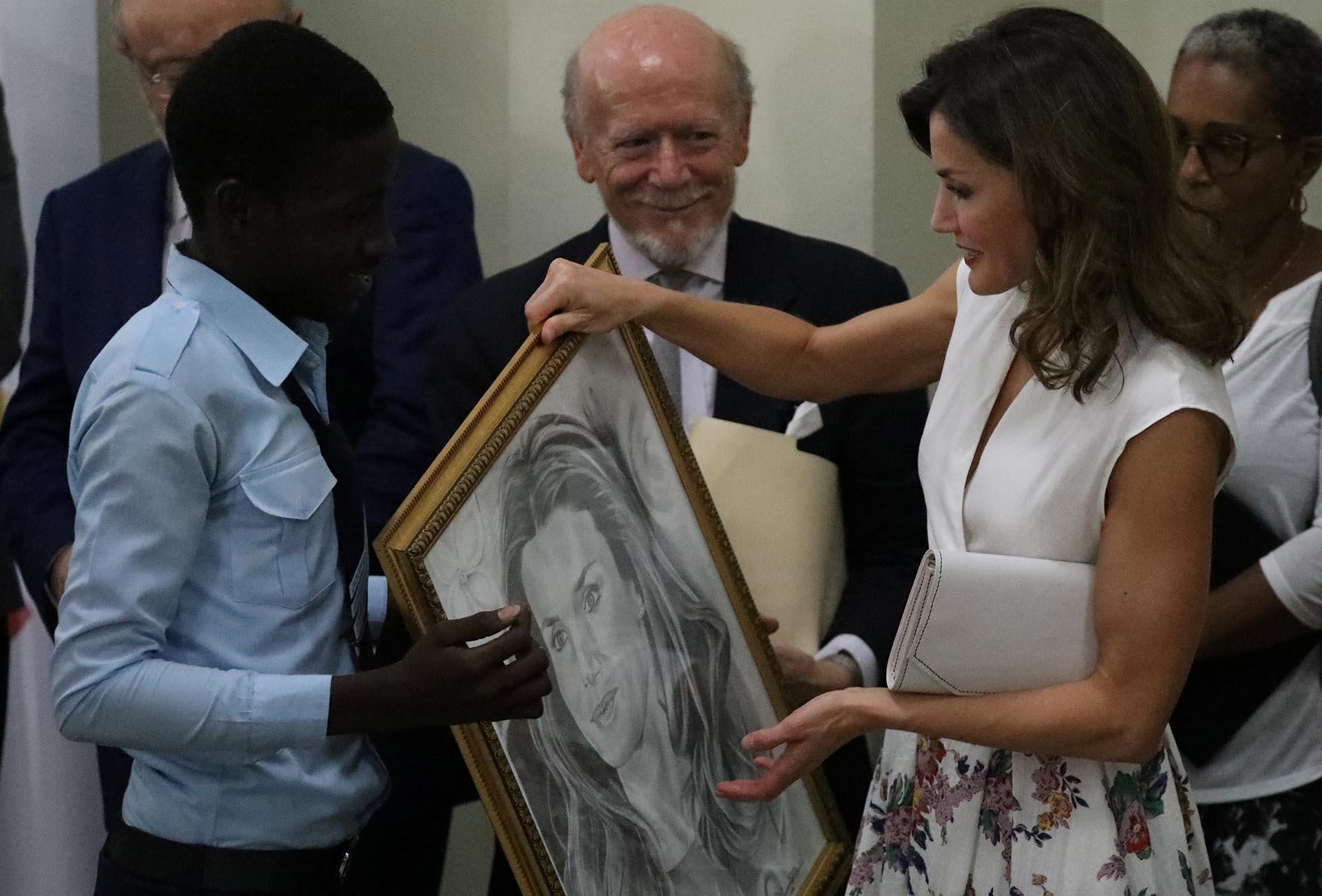 El acto concluyó con la intervención de uno de los estudiantes y la entrega a la reina de un dibujo con su retrato como regalo